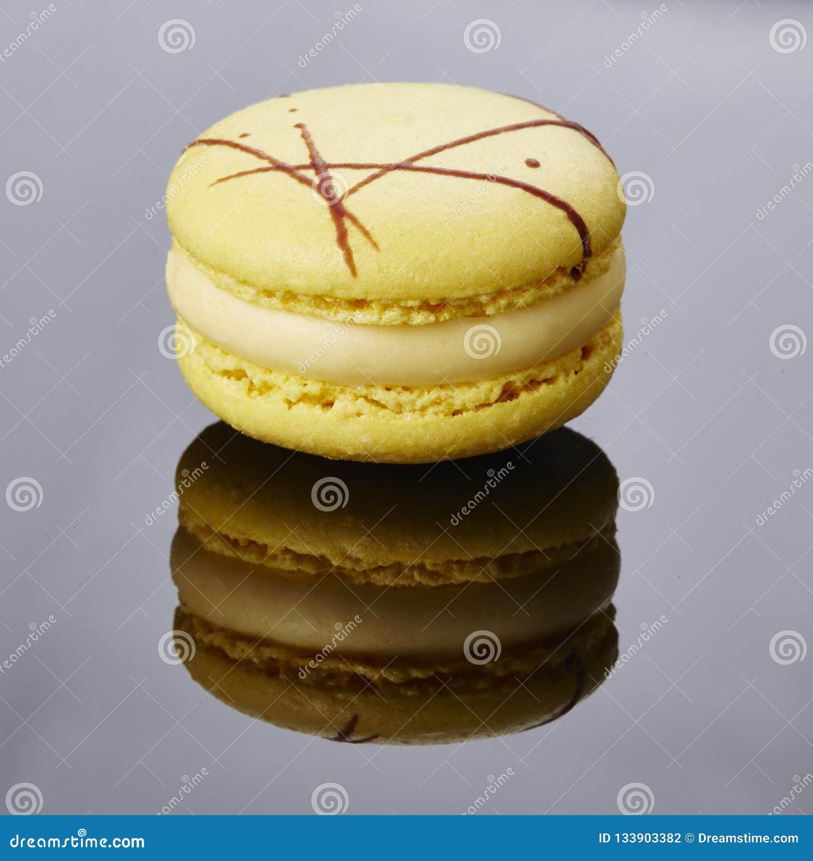 Macaronï ¼ Œ round, barwiony ciastko składa się buttercream lub ganache