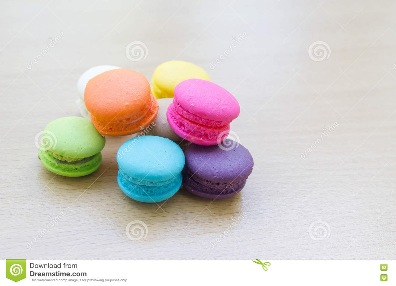 Macaron на деревянной таблице