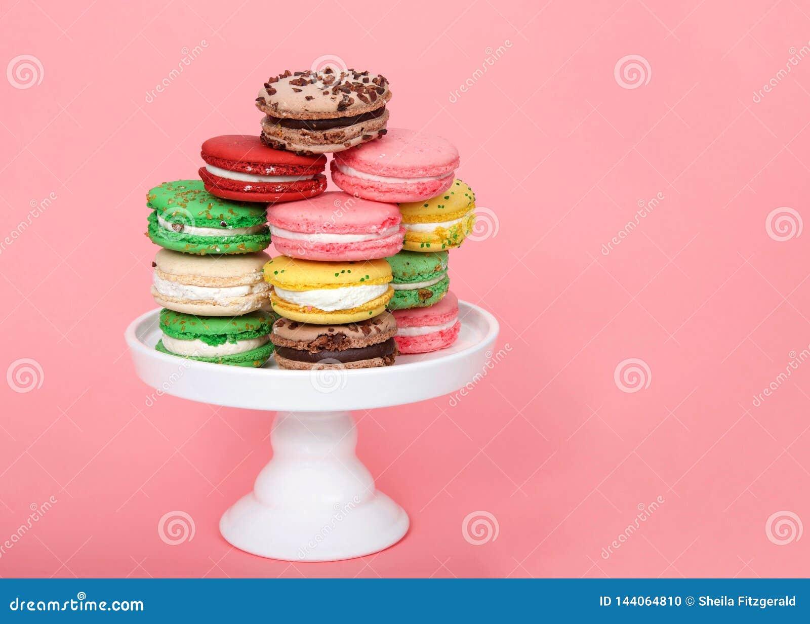 Macaron kakor på sockel på rosa färger