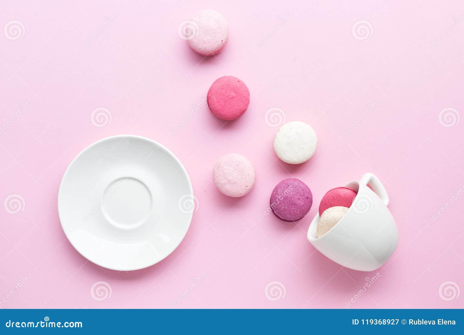 Macaron ou macaron coloré de gâteau d isolement au-dessus du fond de rose en pastel Vue supérieure