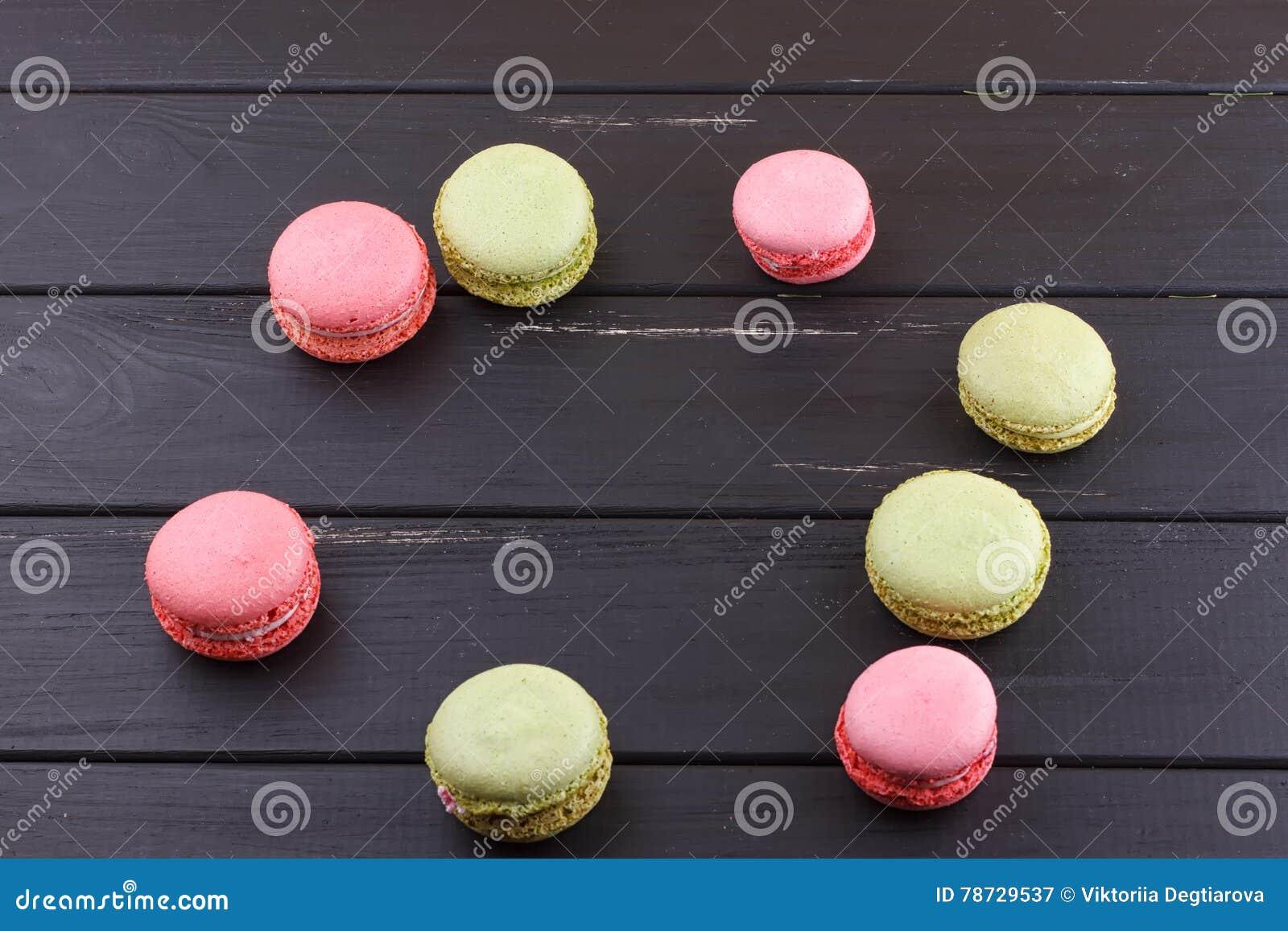 Macaron på svart med kopieringsutrymme