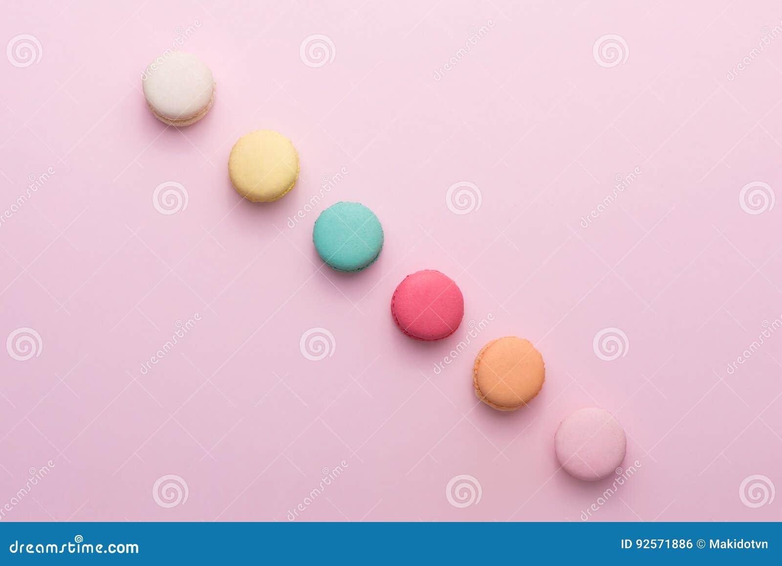 Macaron pastello variopinto o maccherone del dolce su fondo rosa da