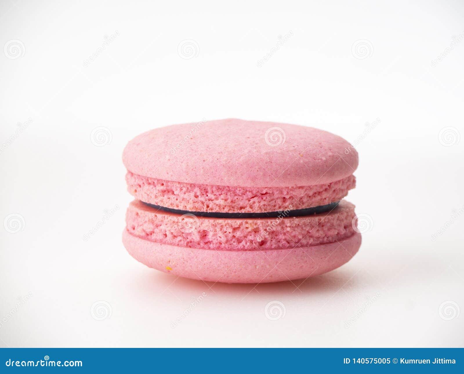 Macaron rose sur le fond blanc