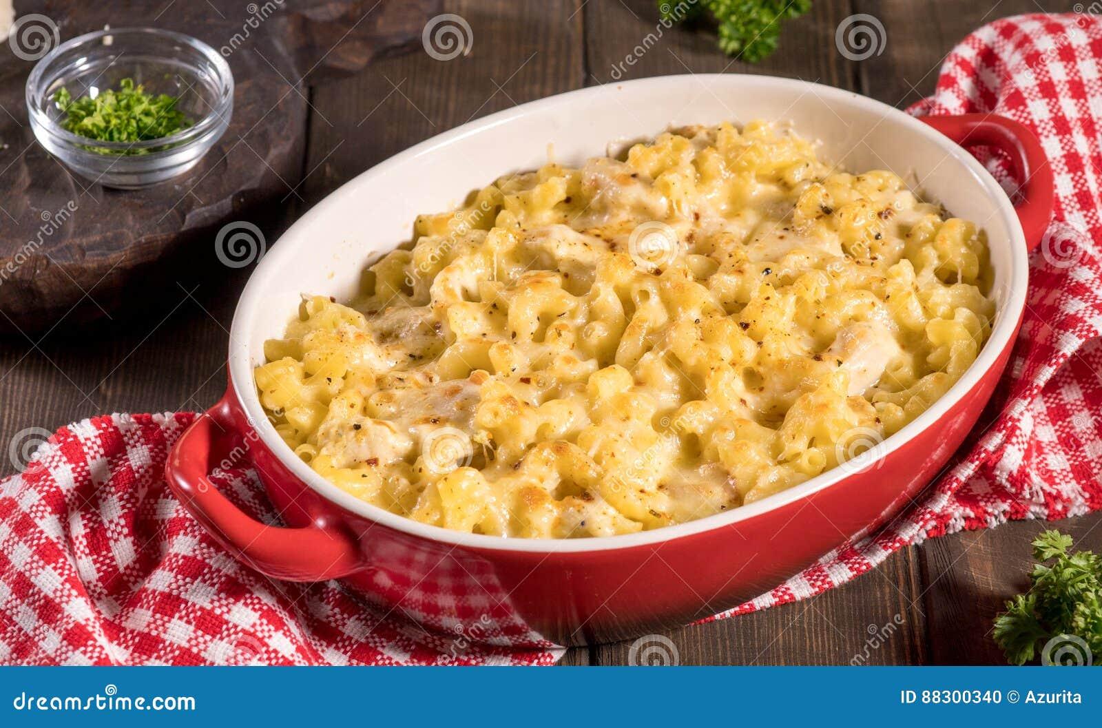 Macaroni met kaas, kip