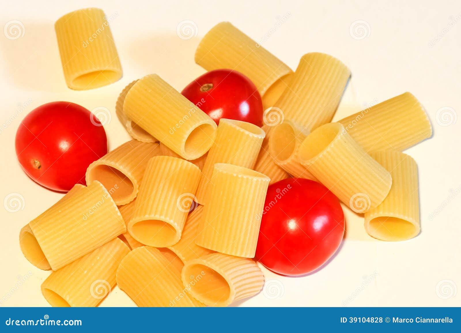Macaronideegwaren en tomaat