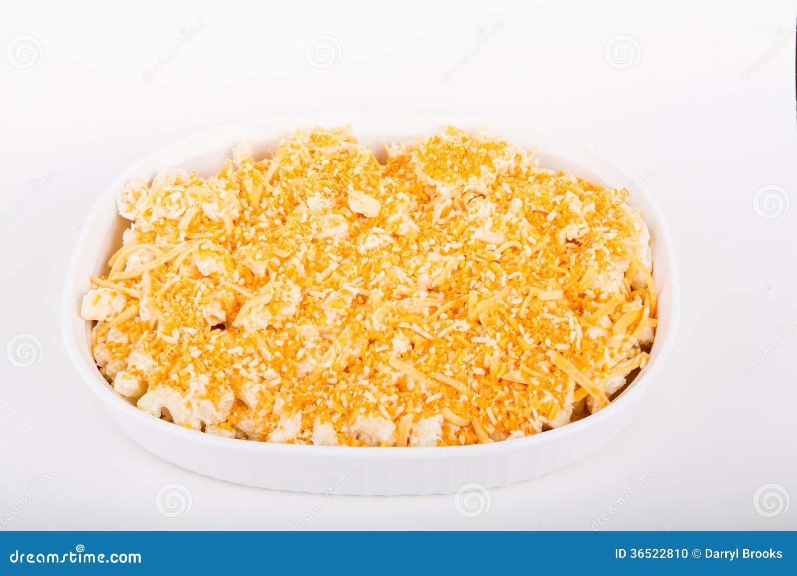 Macaronis au fromage frais dans la cocotte en terre prête pour le four