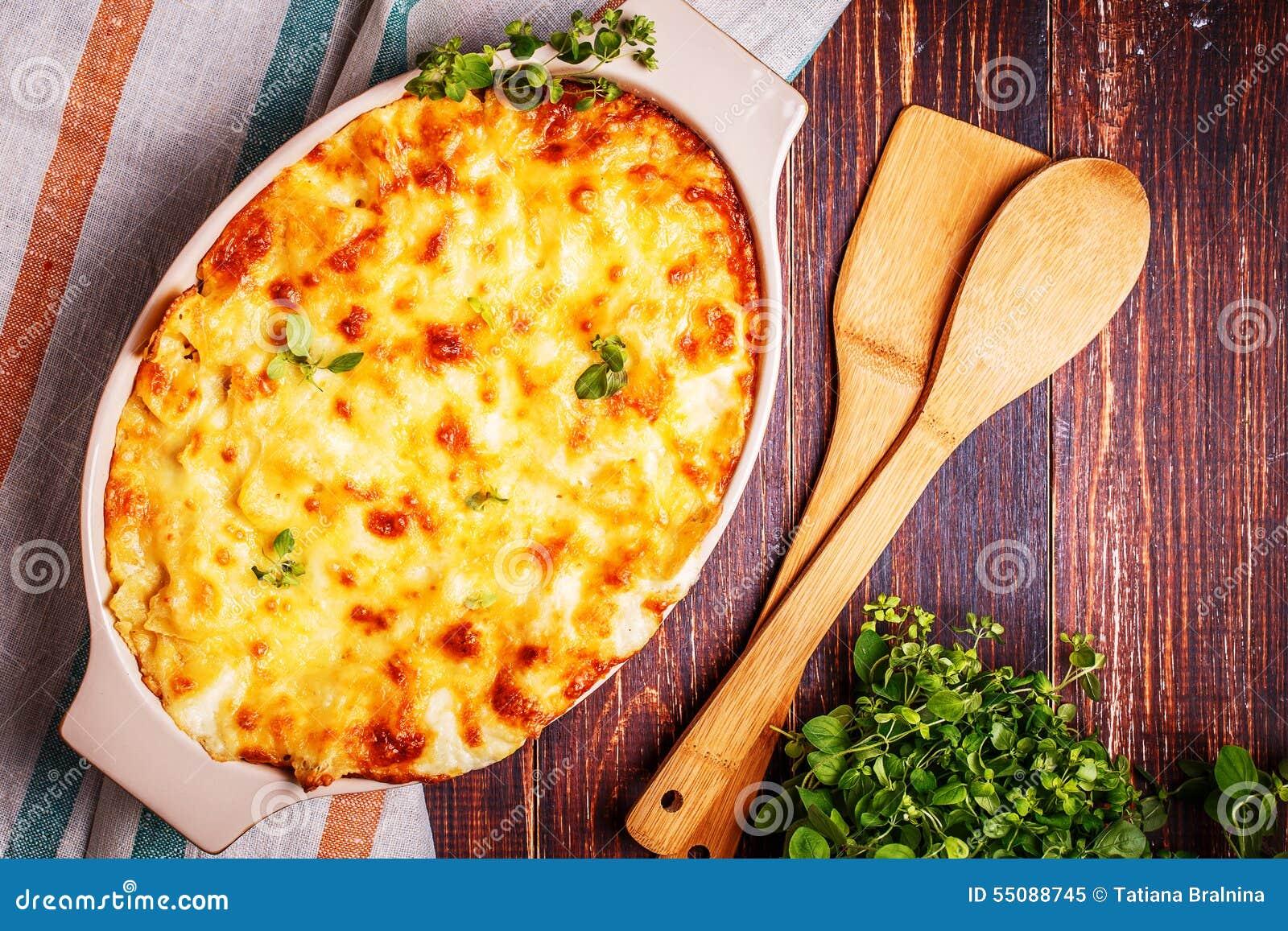 Macaronis et fromage cuits au four