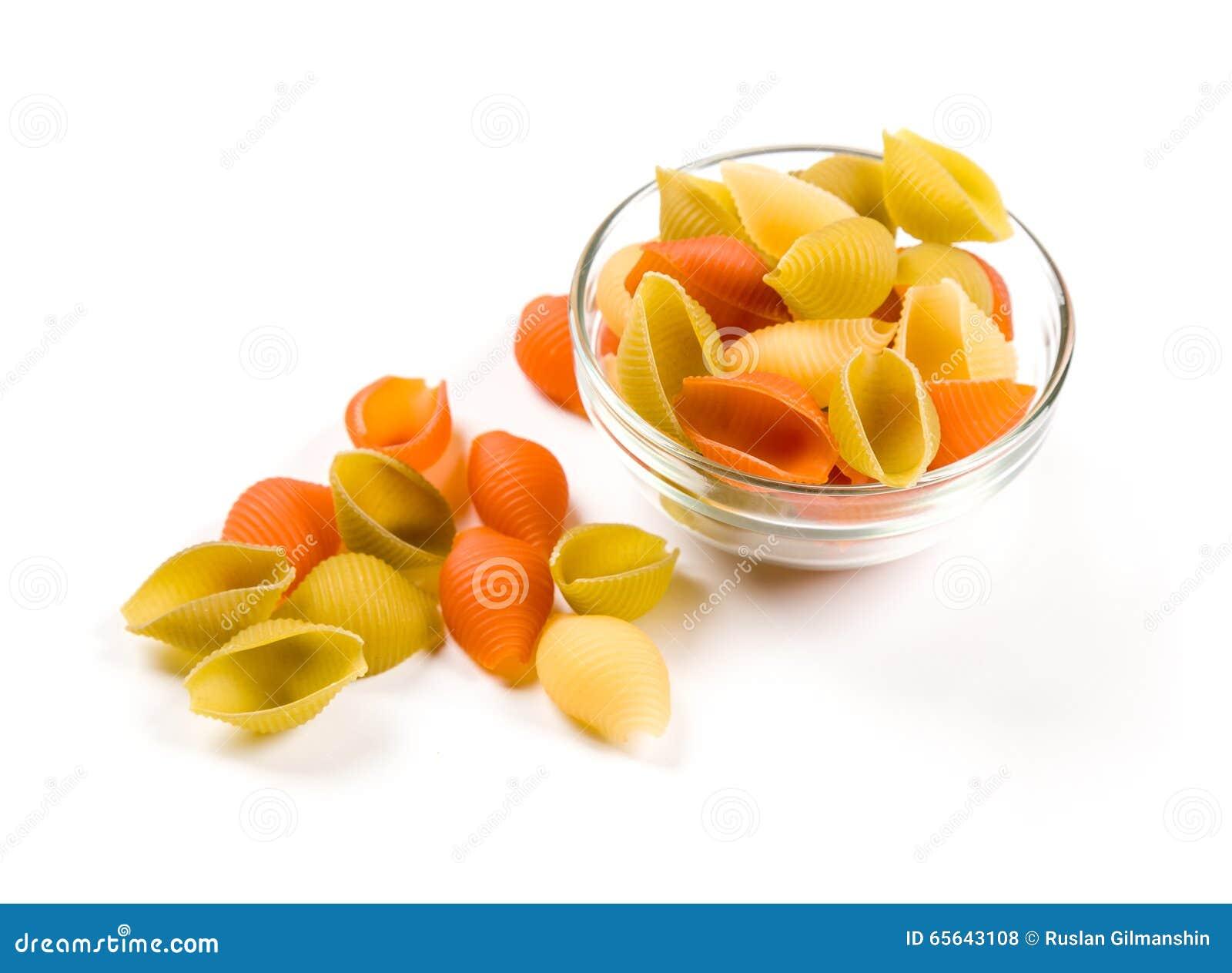 Macaronis italiens de pâtes d isolement sur le blanc
