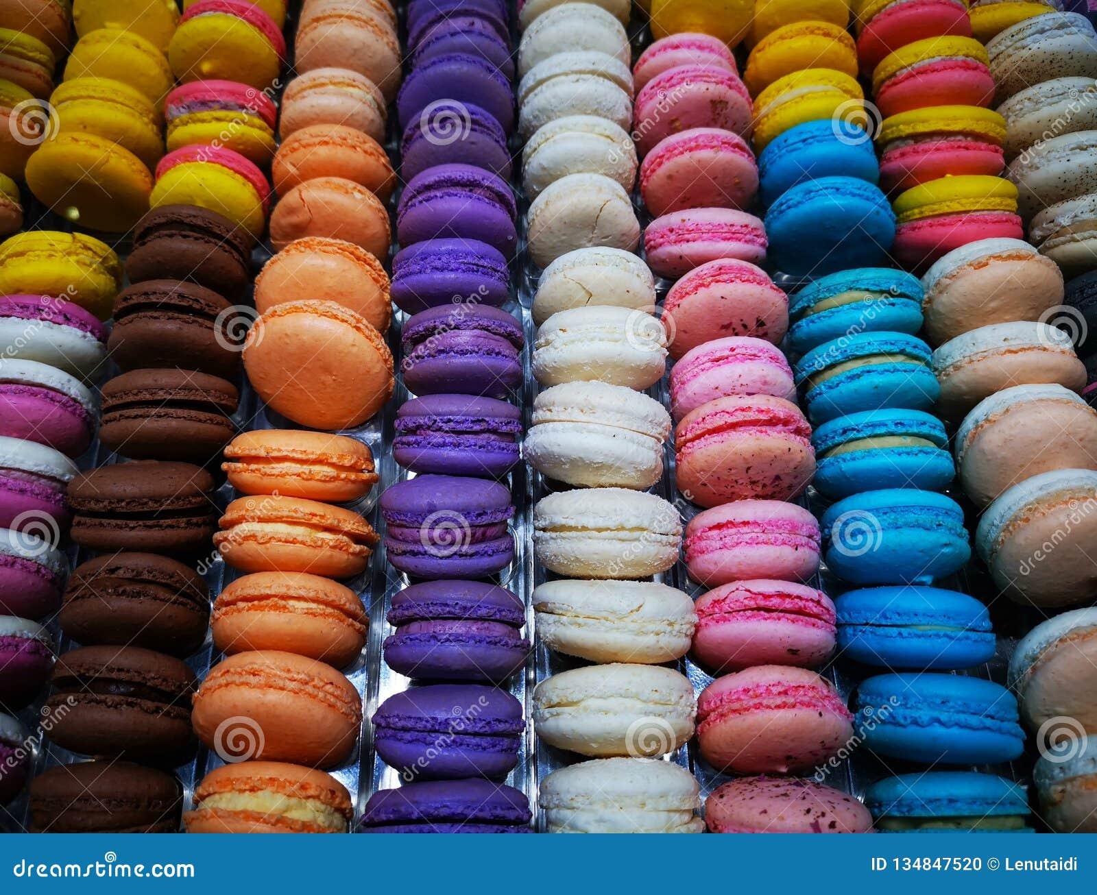 Macarons - macarons colorés français avec de diverses saveurs