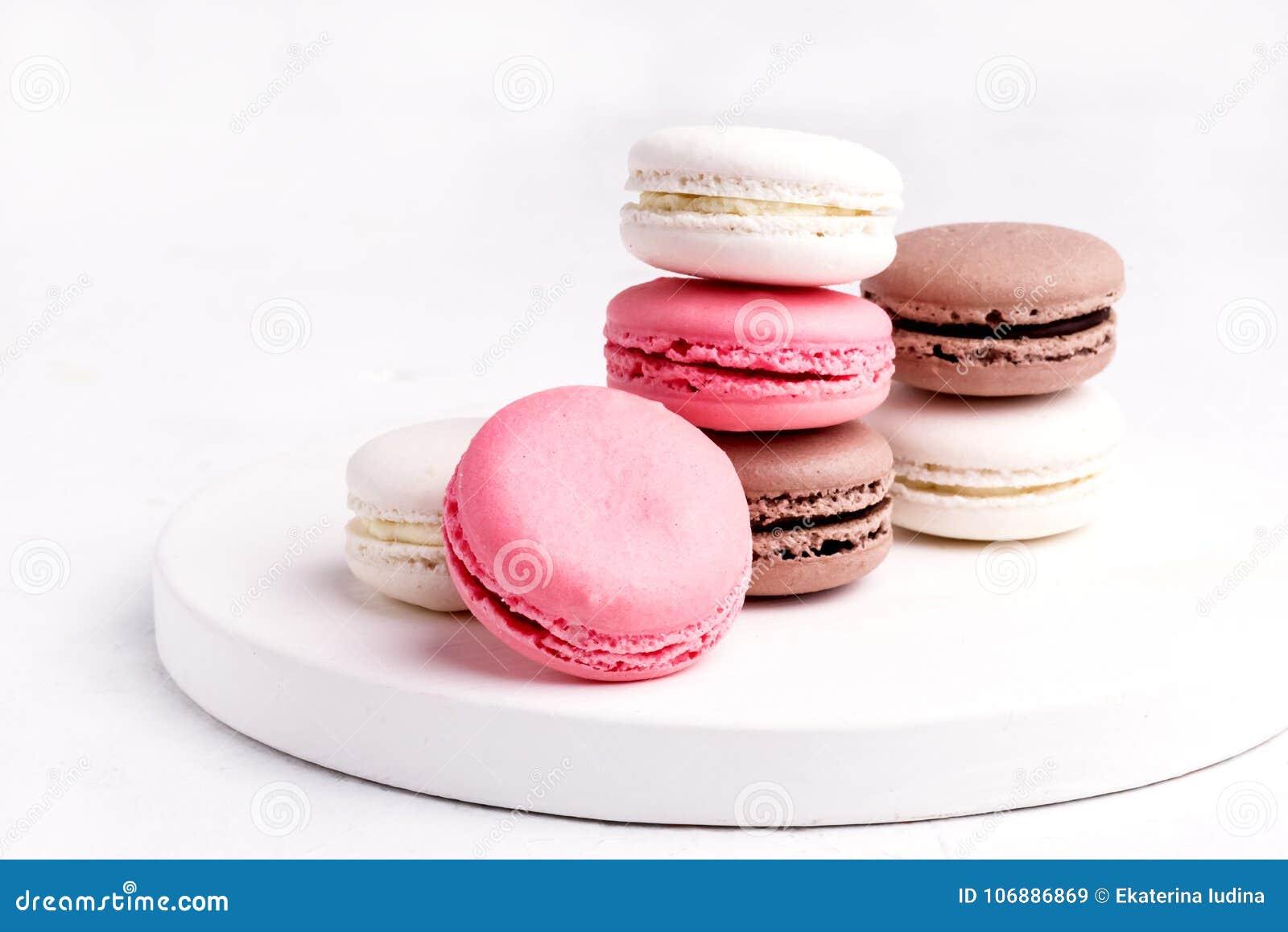 Macarons colorido francês Macarons pastel colorido no rosa branco de Whitr do fundo e no Brown Macaron