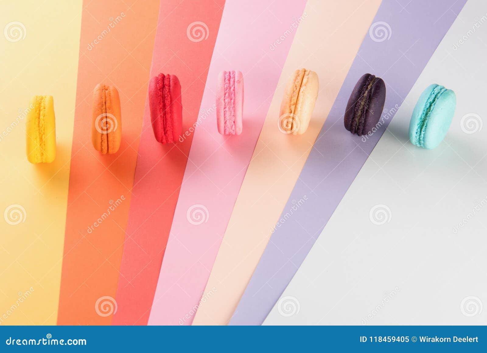Macarons coloridos ou bonito doce da sobremesa dos bolinhos de amêndoa a comer