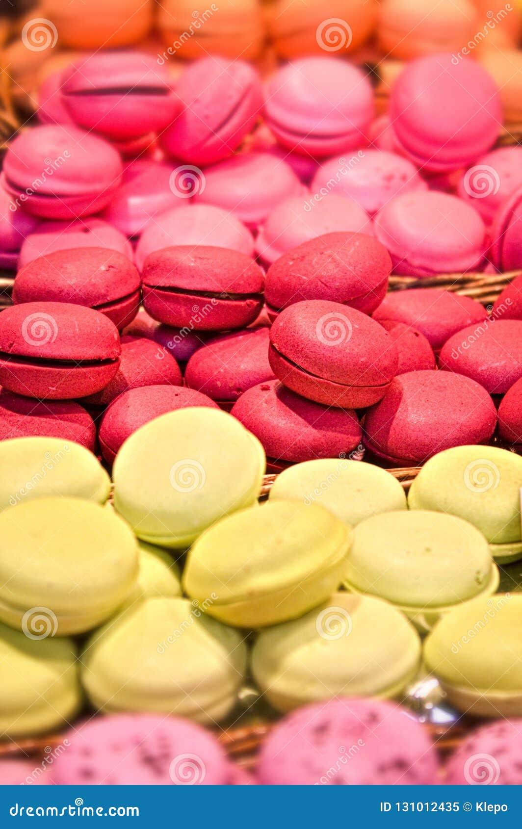 Macarons colourful seducenti su esposizione