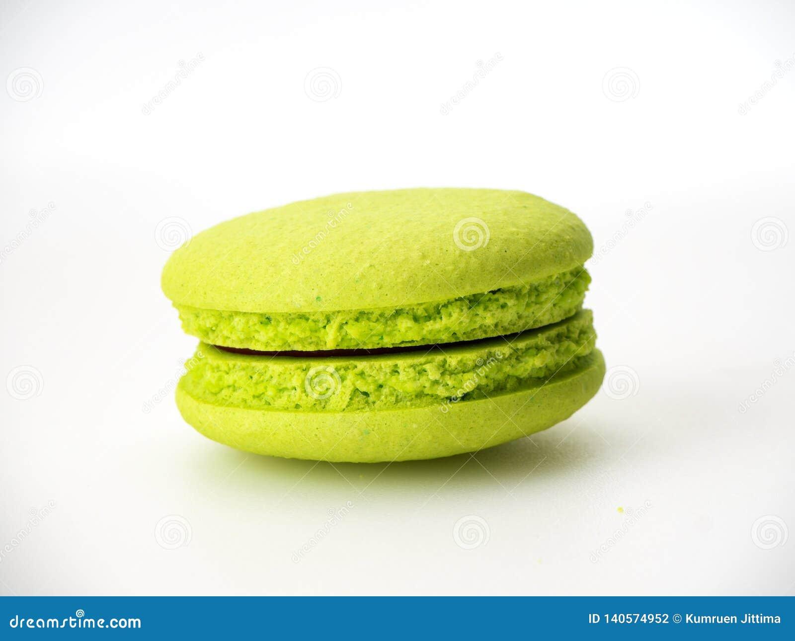Macarons doces do verde da avelã no branco
