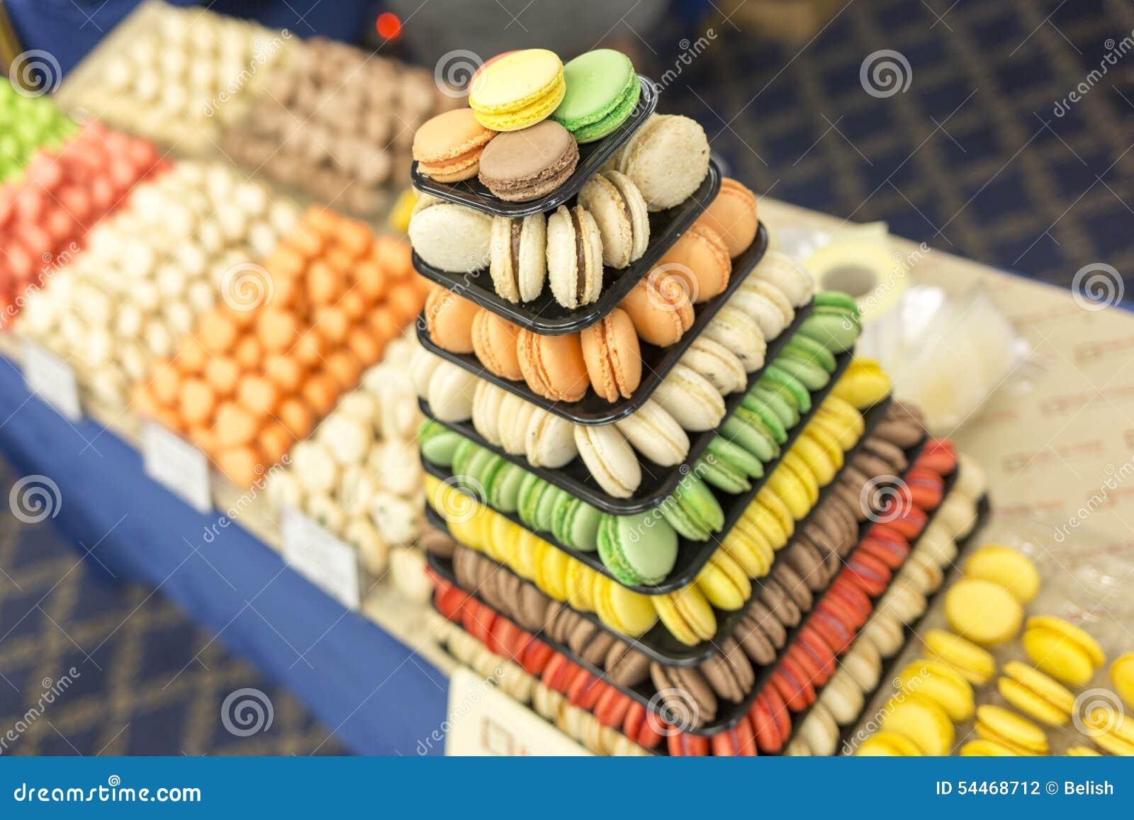 Macarons doux colorés de pyramide de pâtisserie de sucreries
