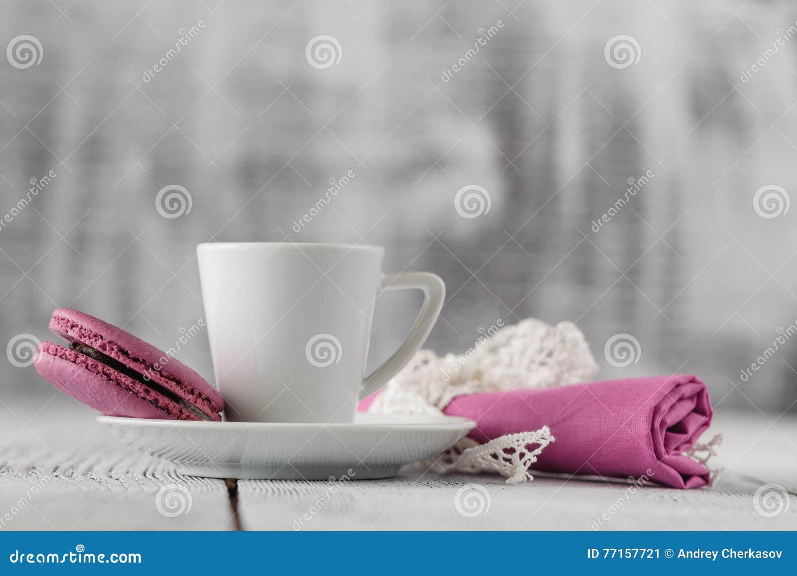 Macarons et tasse de café colorés sur chic minable