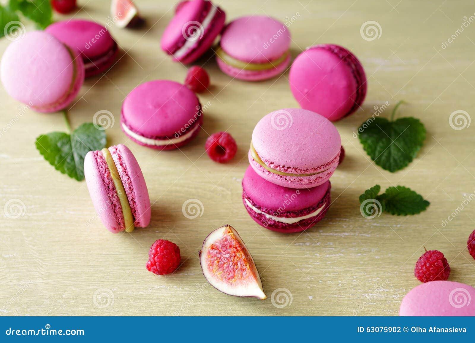 Download Macarons Français Avec Des Baies D'été Photo stock - Image du dessert, dessus: 63075902