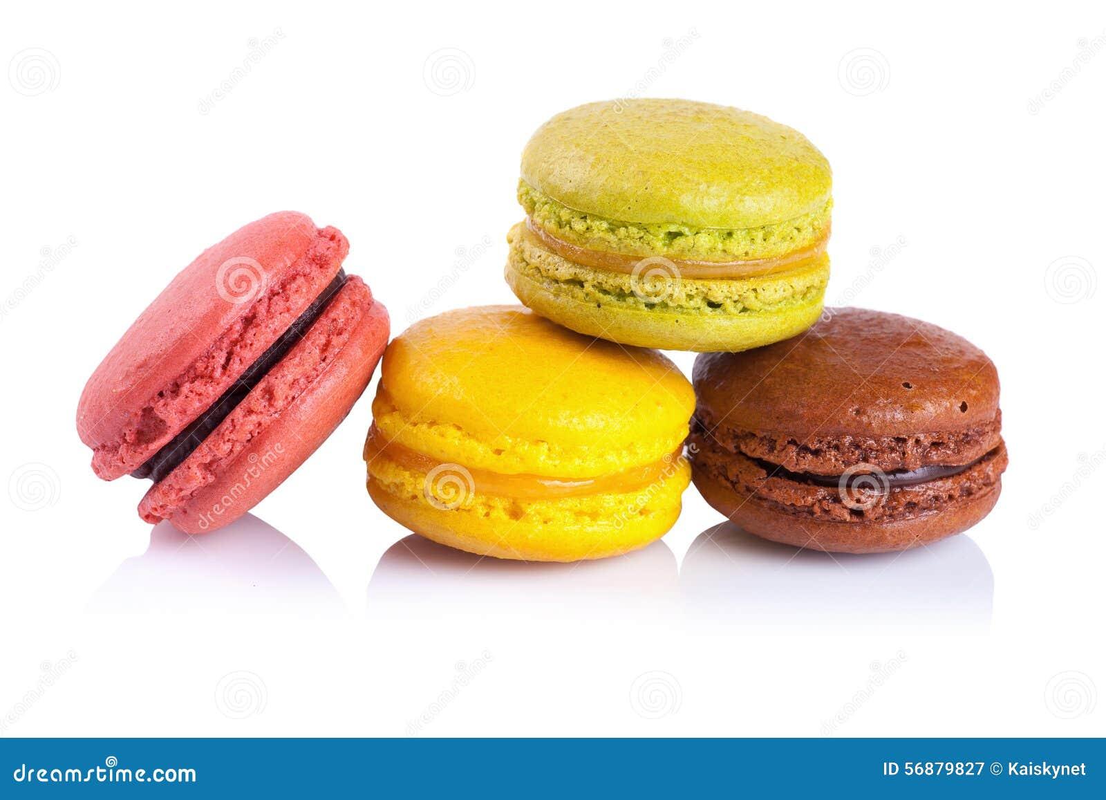 Macarons français sur un fond blanc