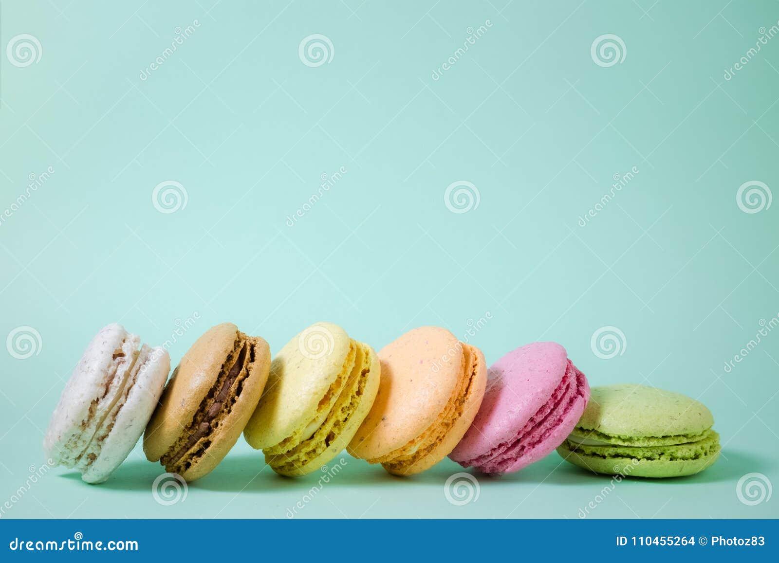 Macarons i olika färger Utrymme för kopierar