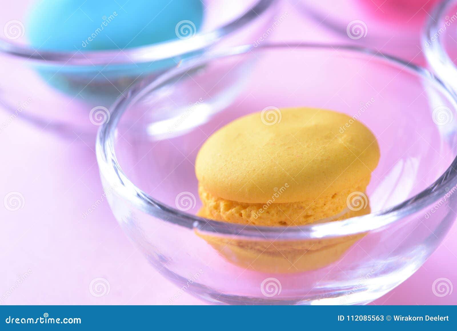 Macarons o macarrones coloridos en el beauti de cristal del dulce del postre de la taza