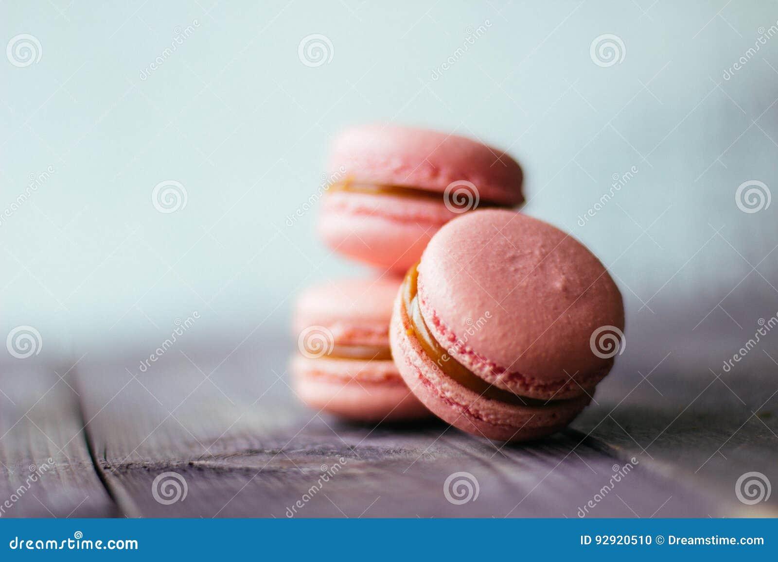 Macarons roses pourpres cuits au four frais de biscuits de pâtisserie de macaron, macaronis dans l affichage de magasin de détail
