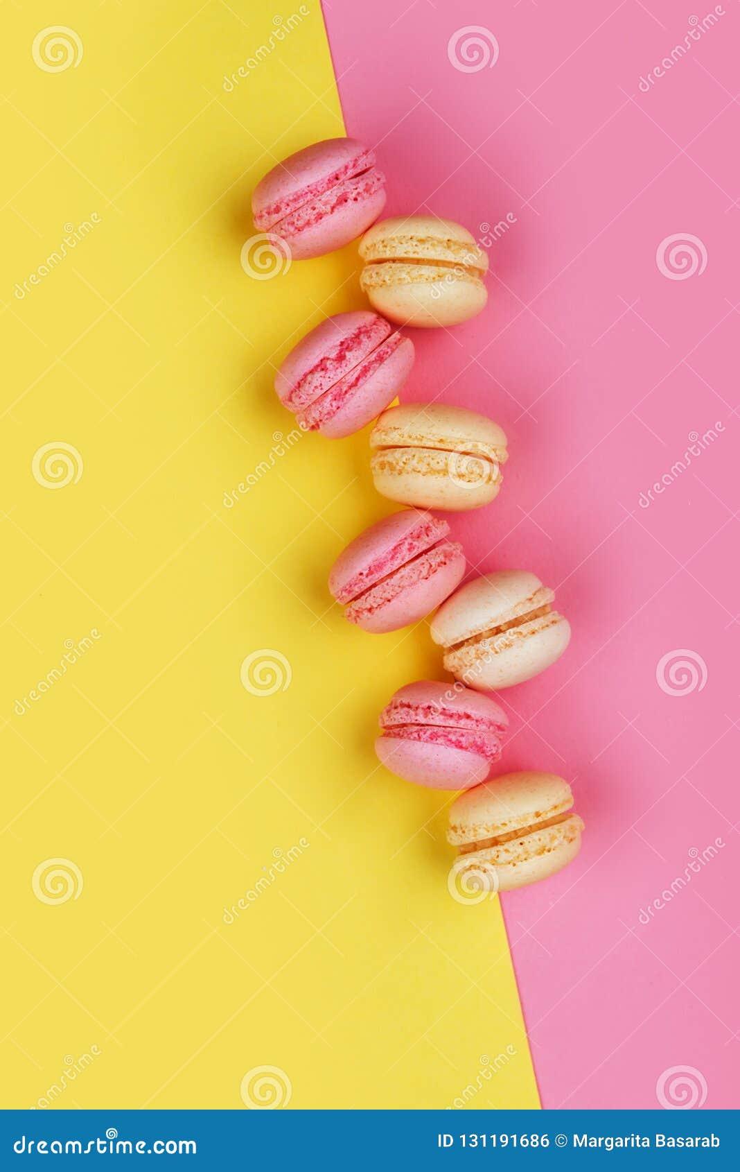 Macarons sur le jaune - le fond rose s est divisé diagonalement en deux triangles