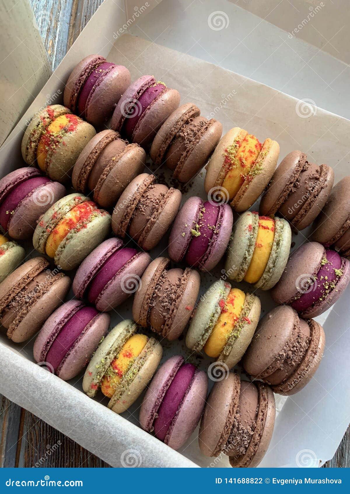 Macarons variopinti in una scatola Vista superiore casalingo