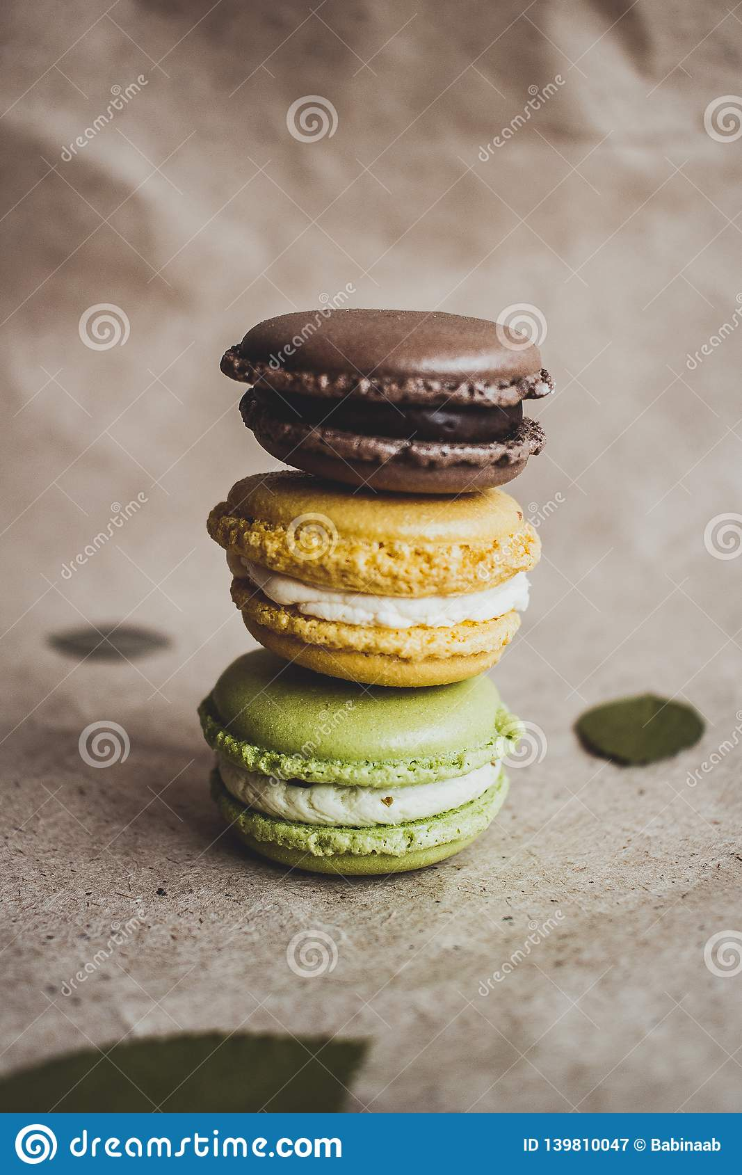 Macaroon tort na papierowym tle