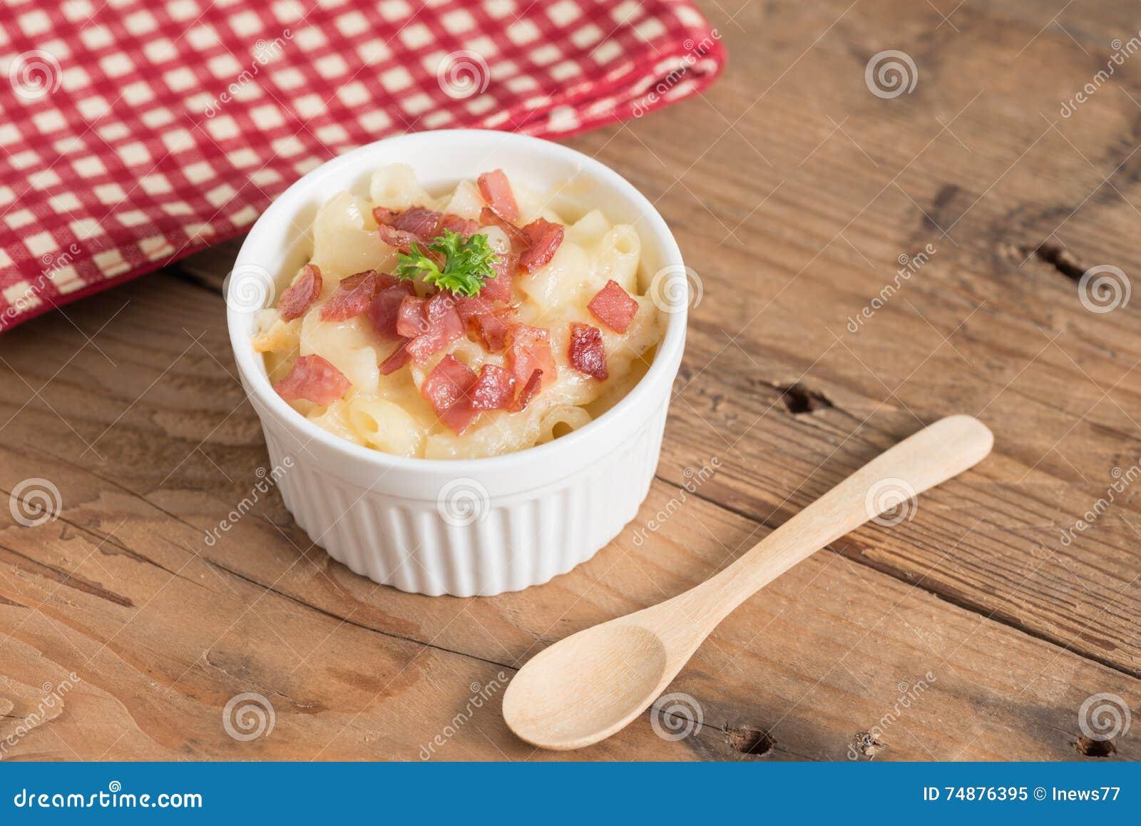 Macarrão e queijo com presunto