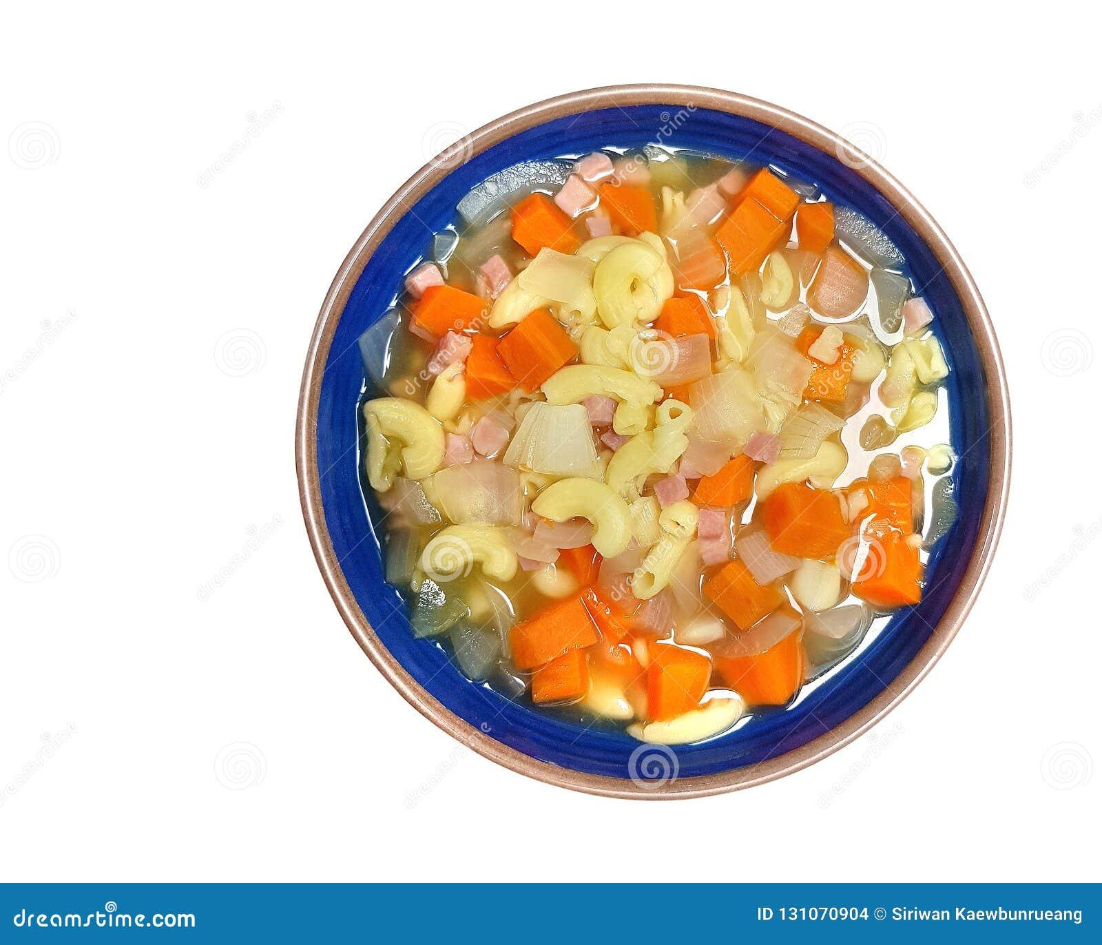 Macarrão & sopa minúscula do presunto com a cenoura & a cebola isoladas em b branco