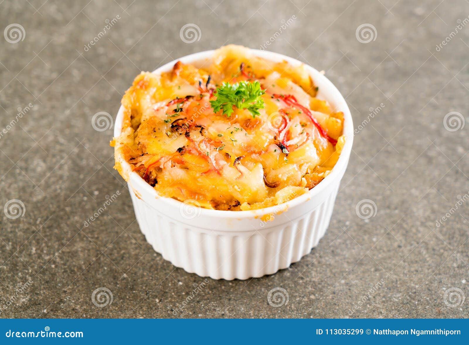 Macarrones cocidos con el palillo del queso y del cangrejo
