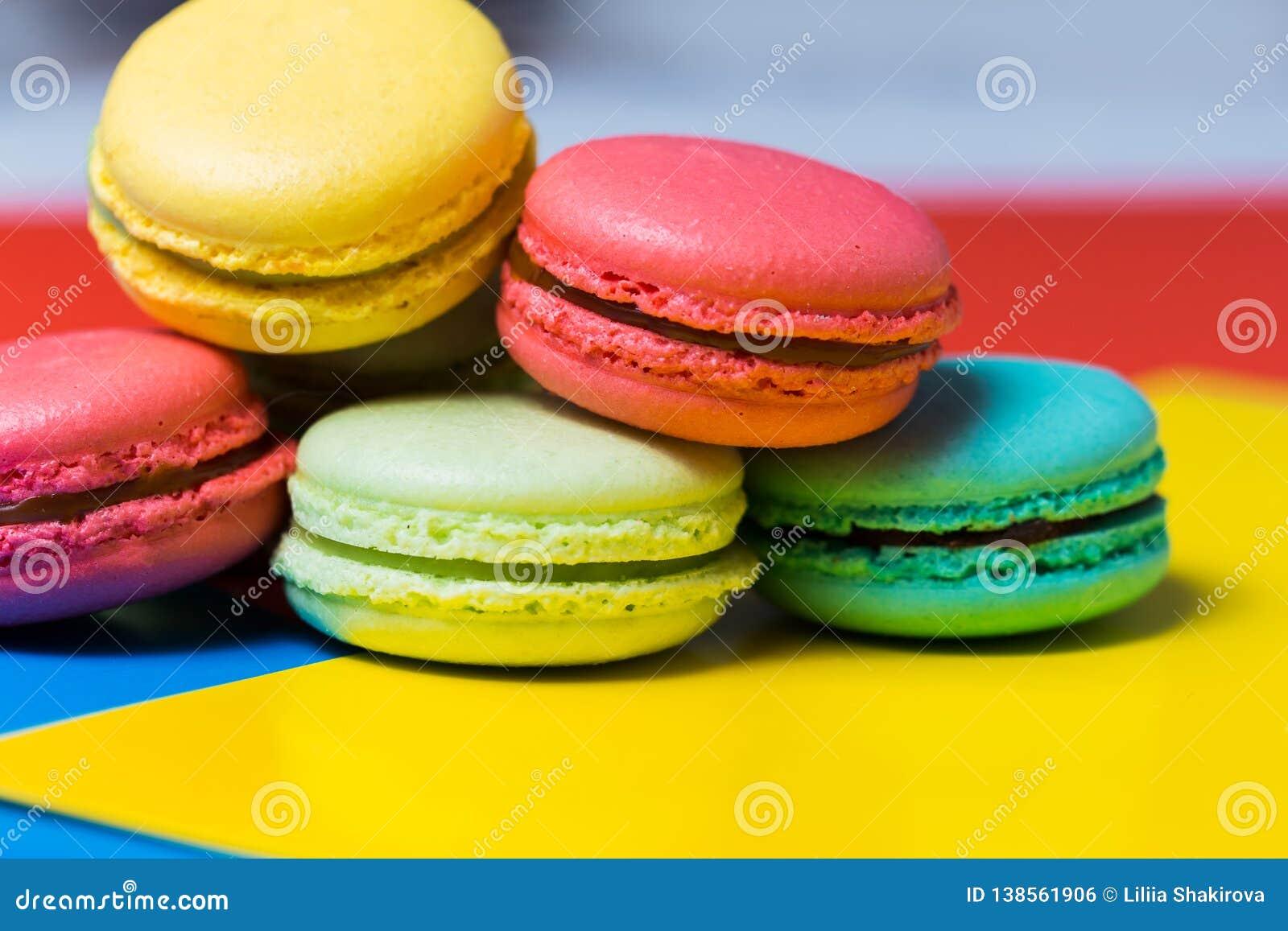 Macarrones o macaron franceses dulces y coloridos en fondo colorido Postre delicioso