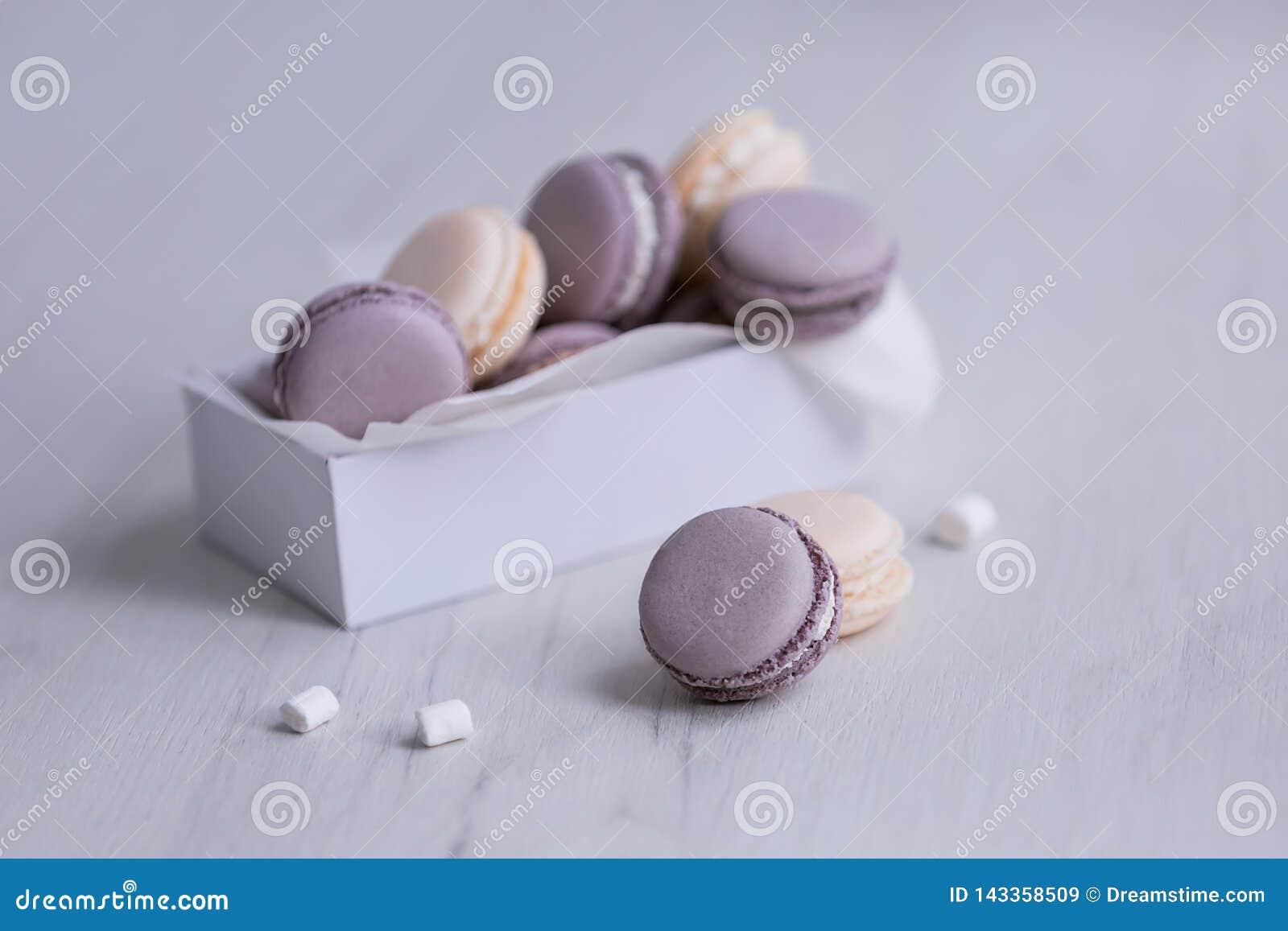 Macarrones púrpuras en la caja