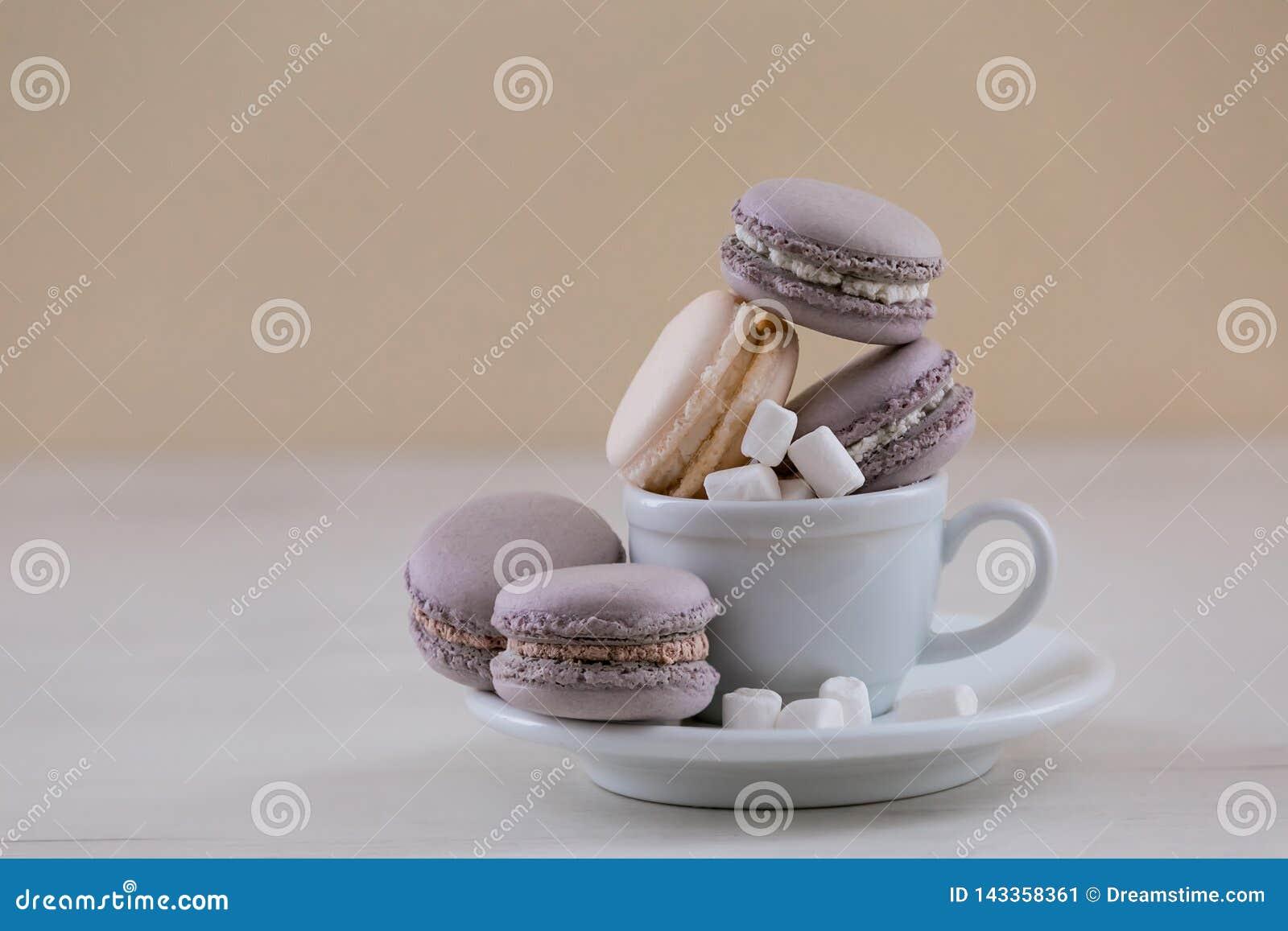 Macarrones púrpuras en la taza