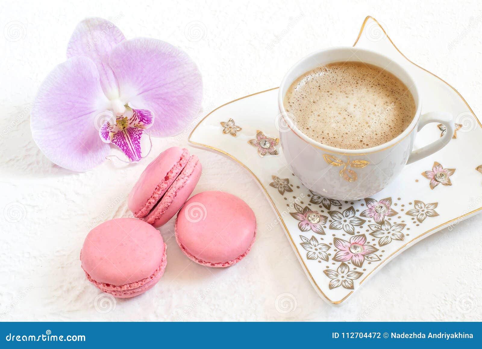 Macarrones y taza de caf rosados con leche foto de for Capacidad taza cafe con leche