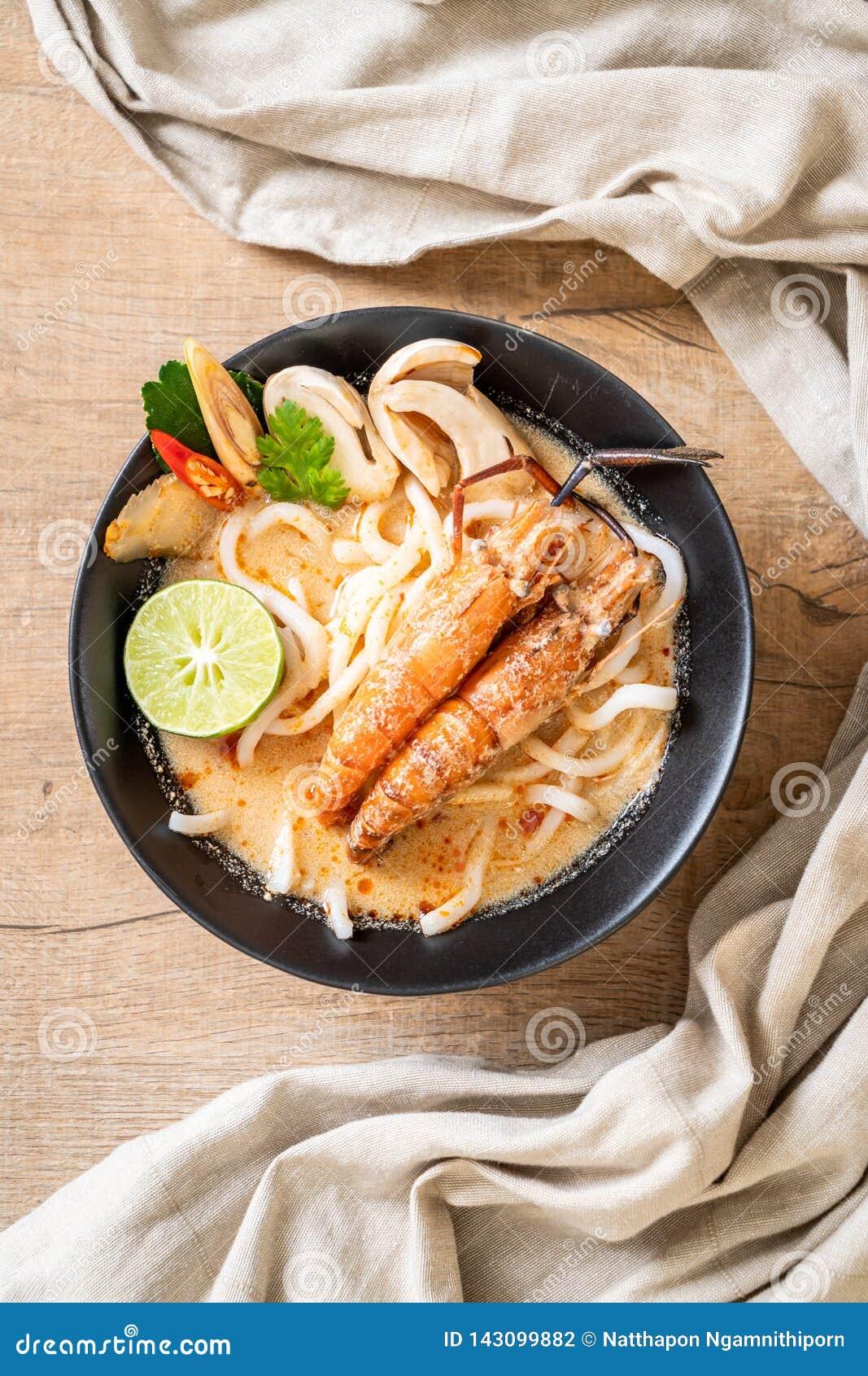 Macarronete de ramen picante do udon dos camarões (Tom Yum Goong