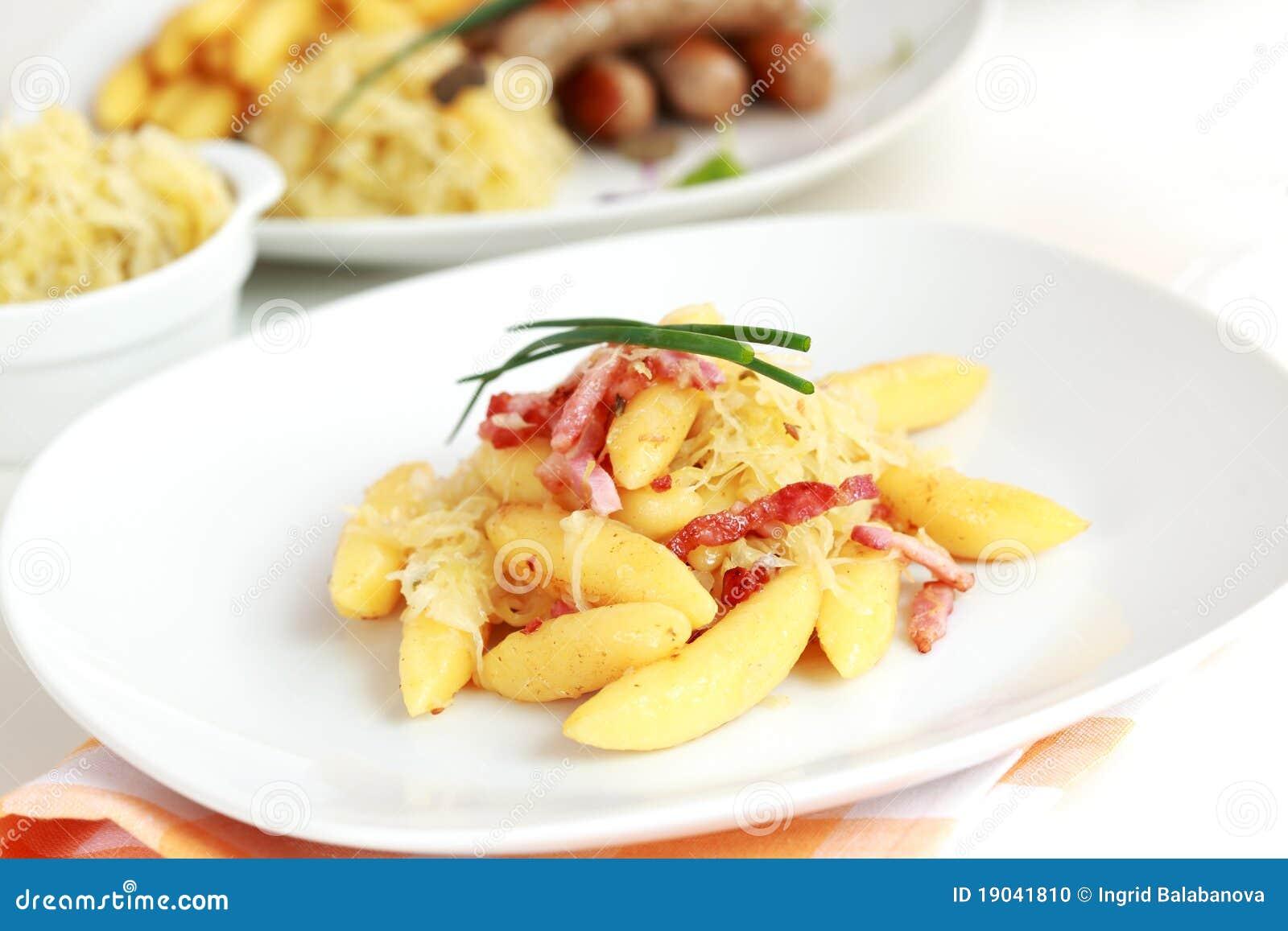 Macarronete rolado com repolho e bacon ácidos