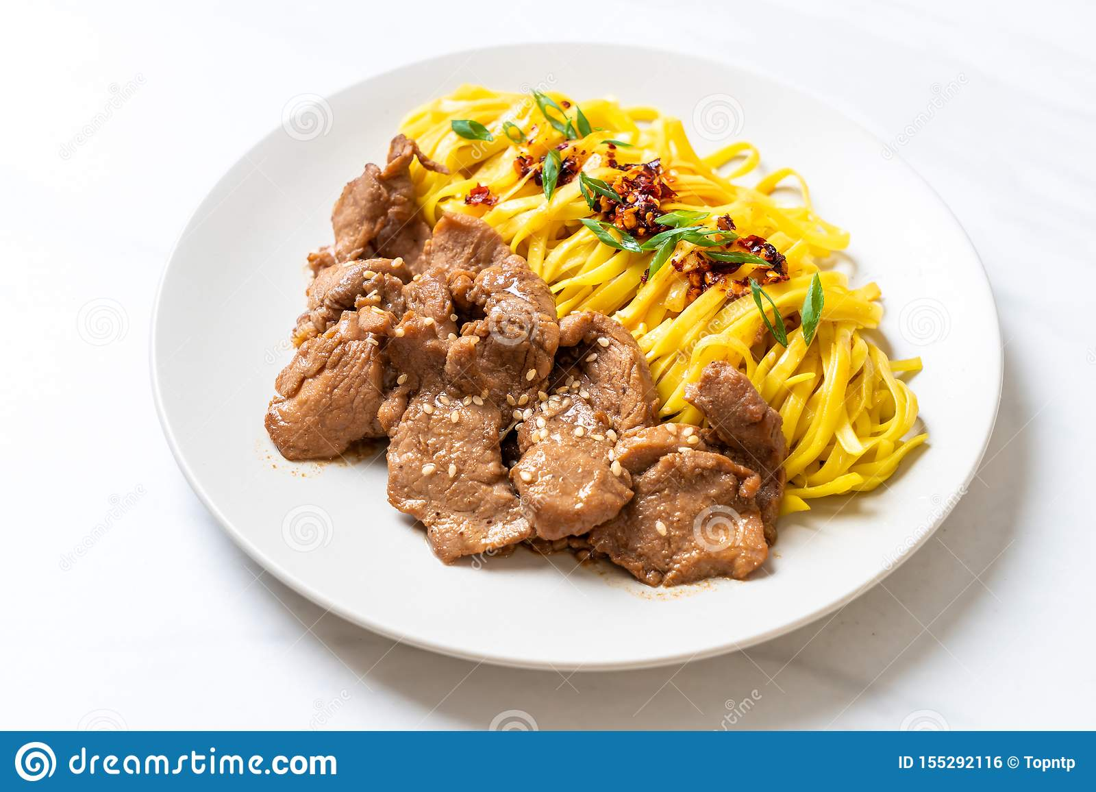 Macarronete salteado asiático com carne de porco
