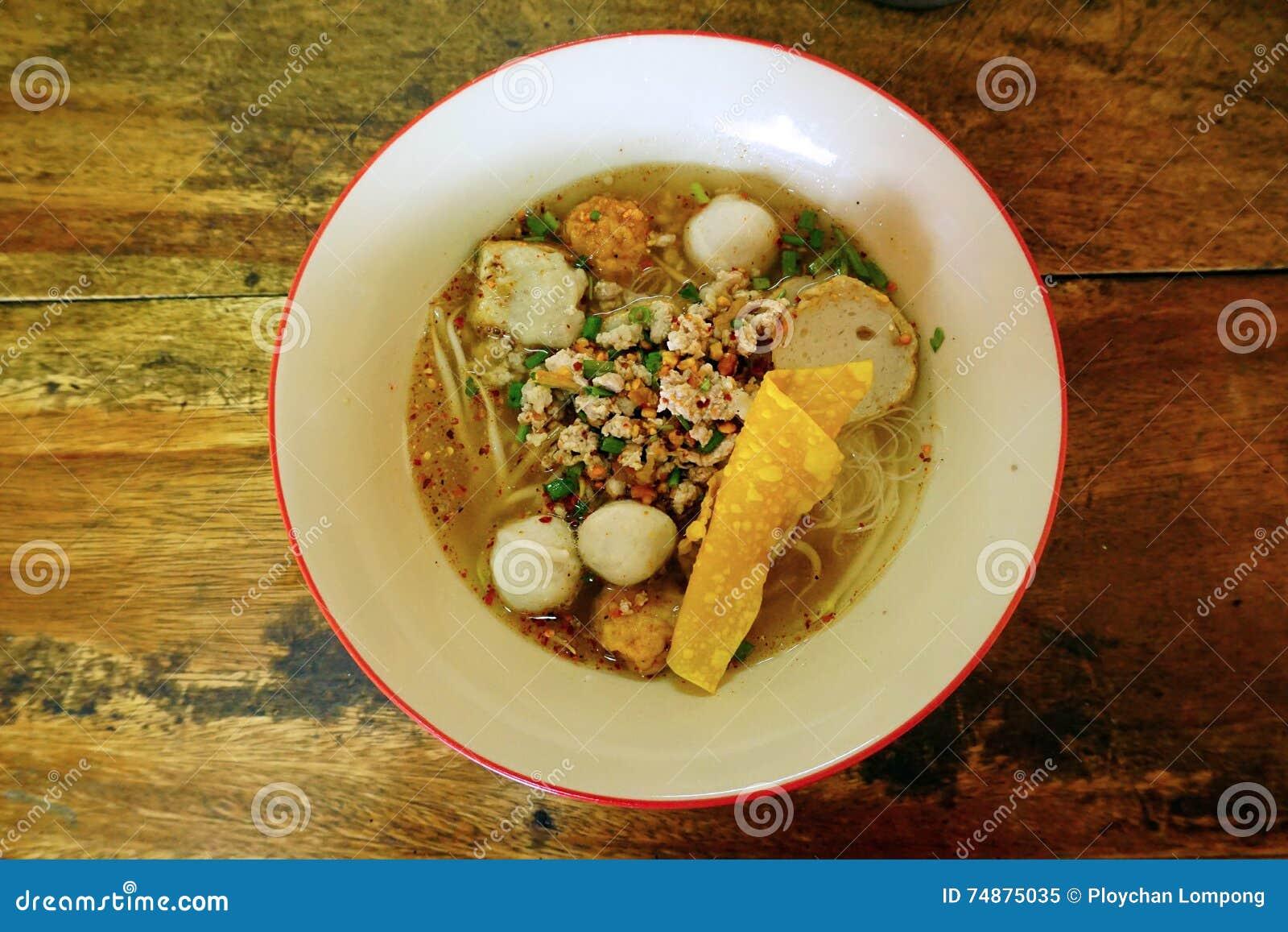 Macarronete tailandês com a bola da carne de porco na bacia