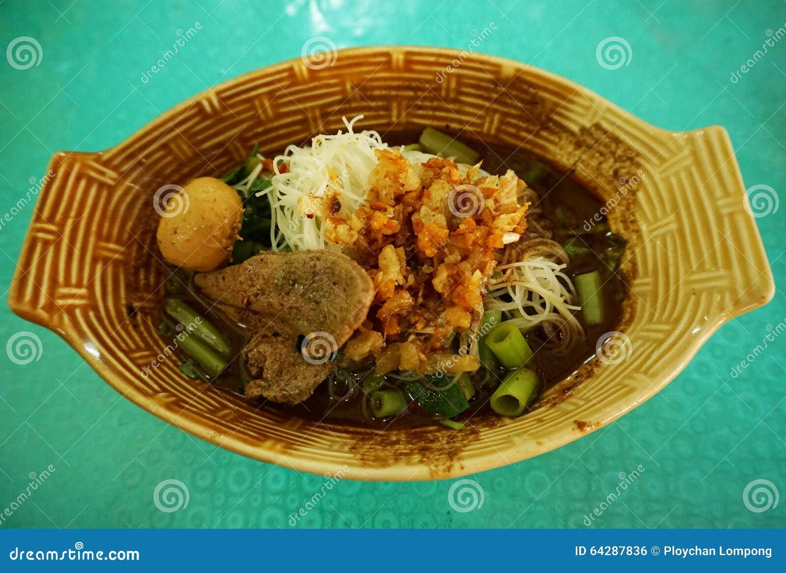 Macarronete tailandês com bola de carne - alimento da rua de Tailândia