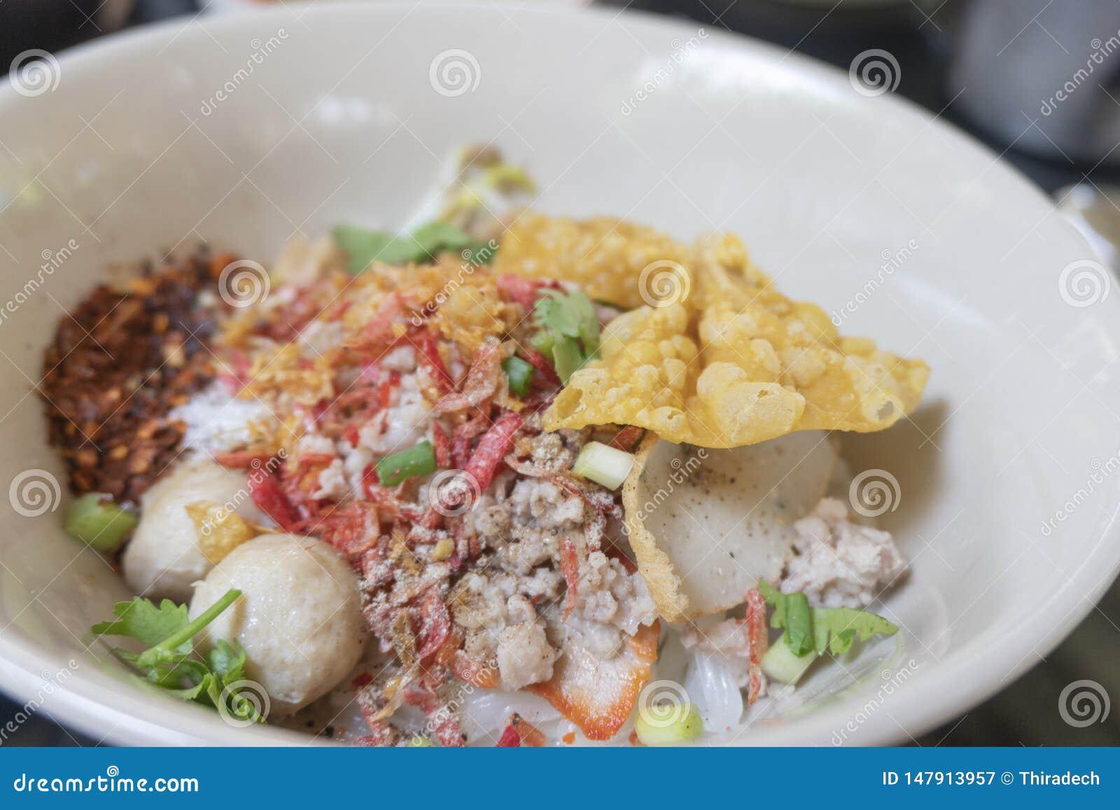 Macarronete tom yum com carne de porco e ovo