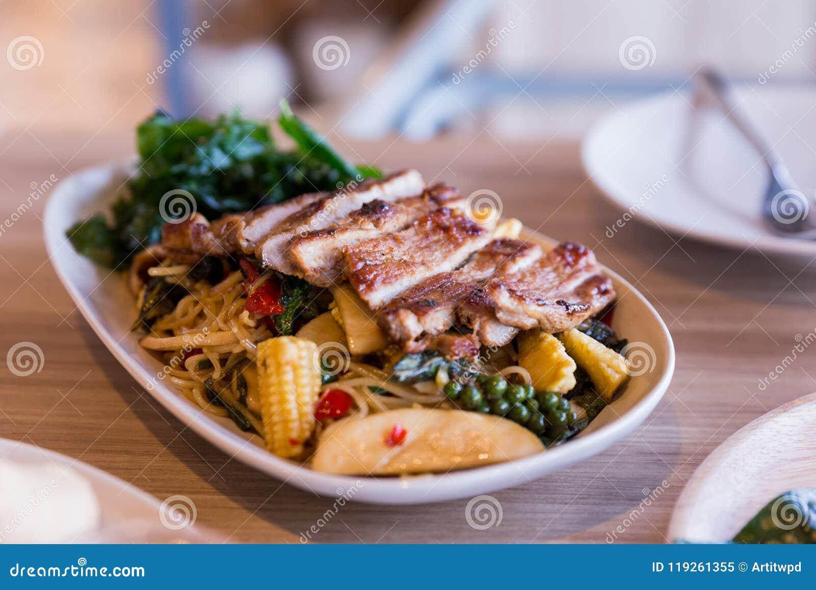 Macarronetes bêbados: O macarronete de ovo frito picante com manjericão e pimenta serviu com carne de porco grelhada