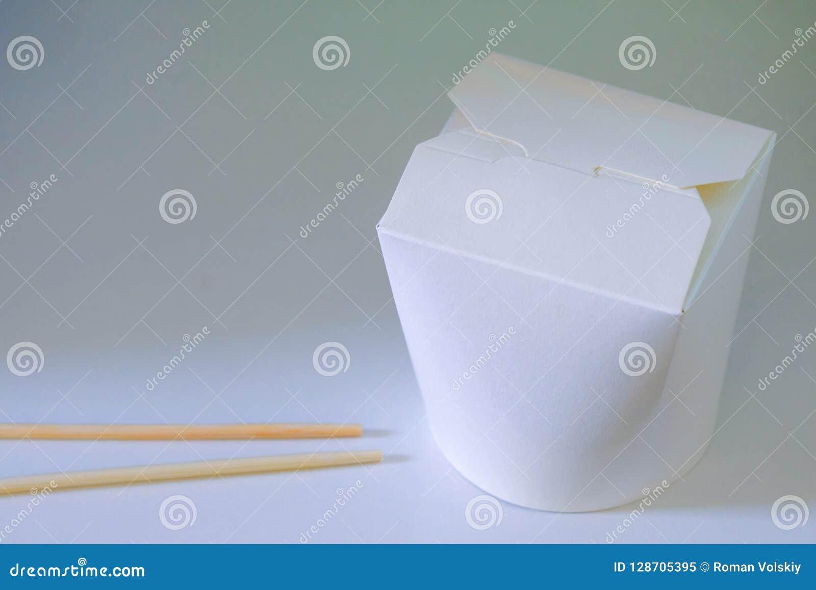 Macarronetes chineses ou japoneses fechados em um fundo branco Com varas