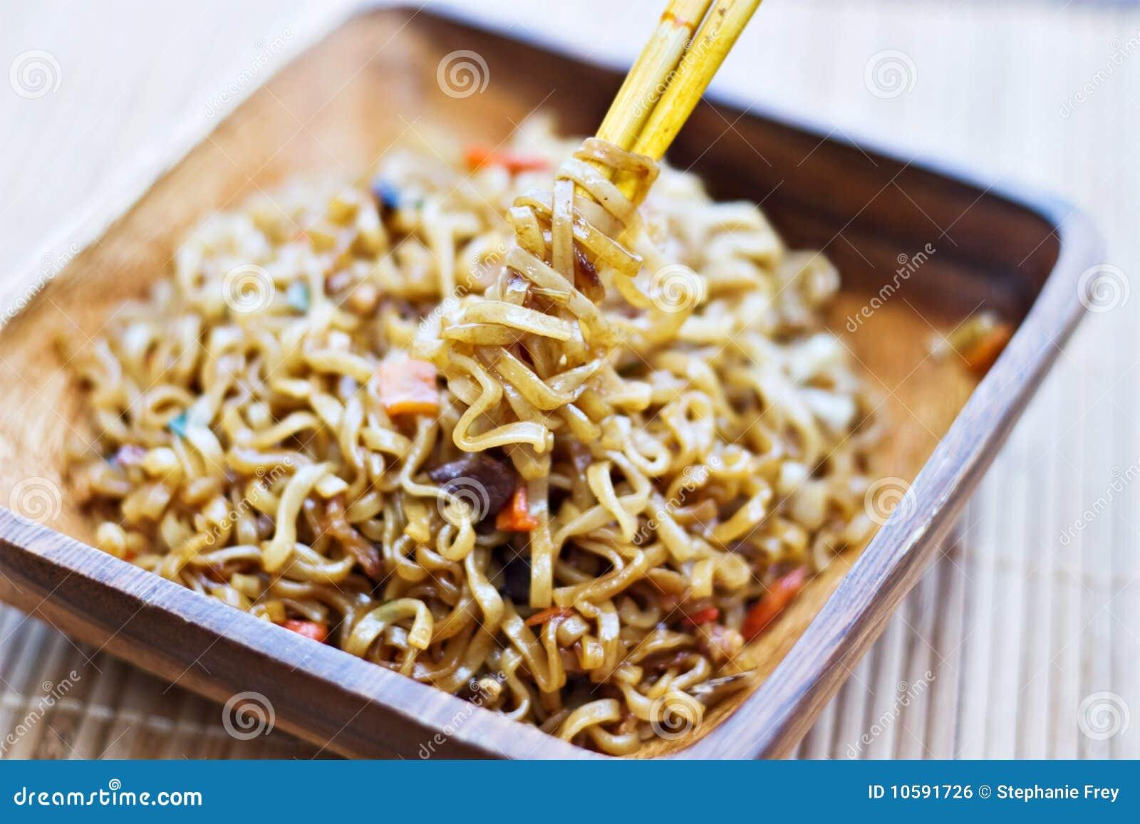 Macarronetes de Ramen envolvidos em torno dos chopsticks