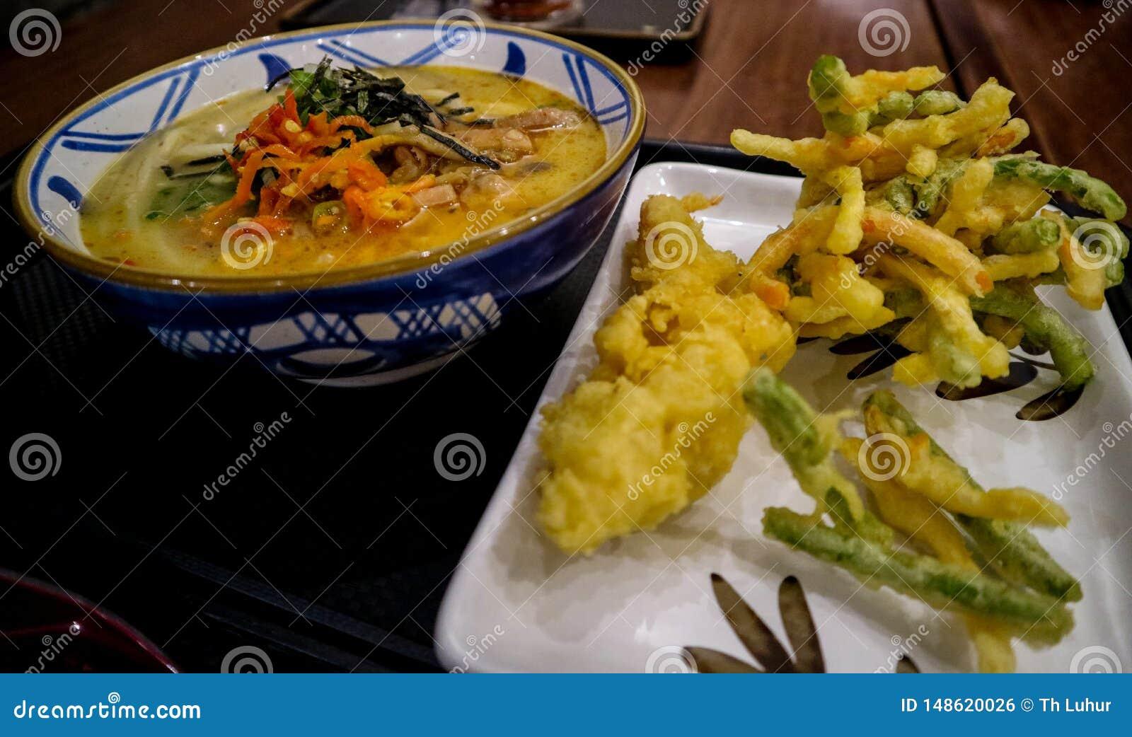 Macarronetes do Japon?s-estilo com os pratos picantes mais bebidas mornas