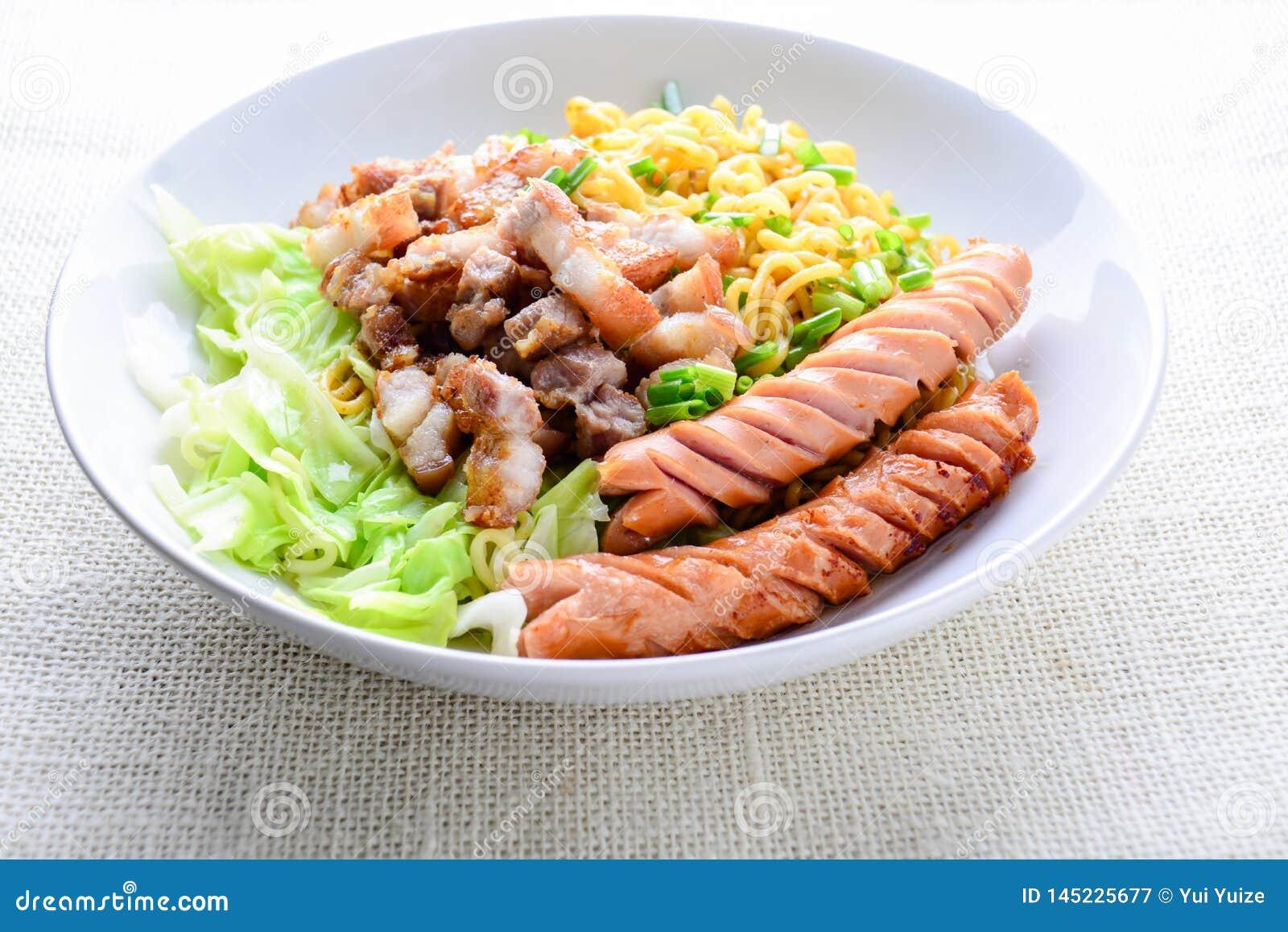 Macarronetes do Udon com carne de porco grelhada