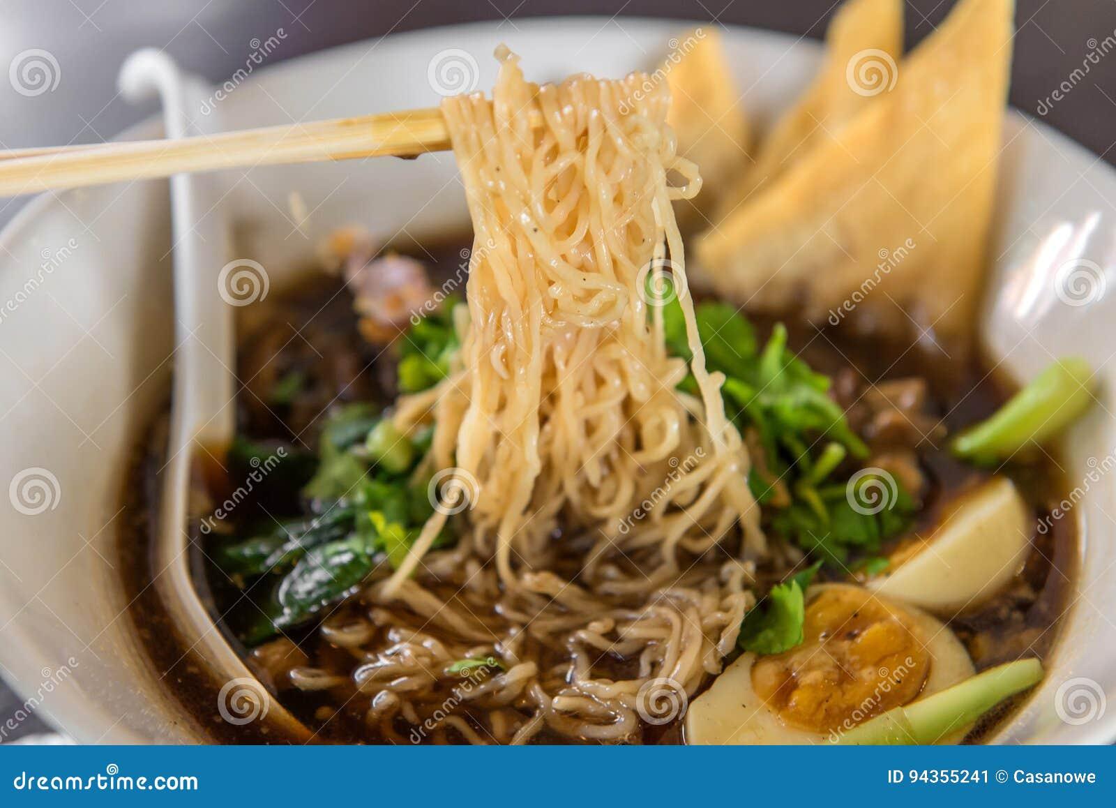 Macarronetes ou sopa japonesa dos ramen com carne de porco e ovo no restaurante
