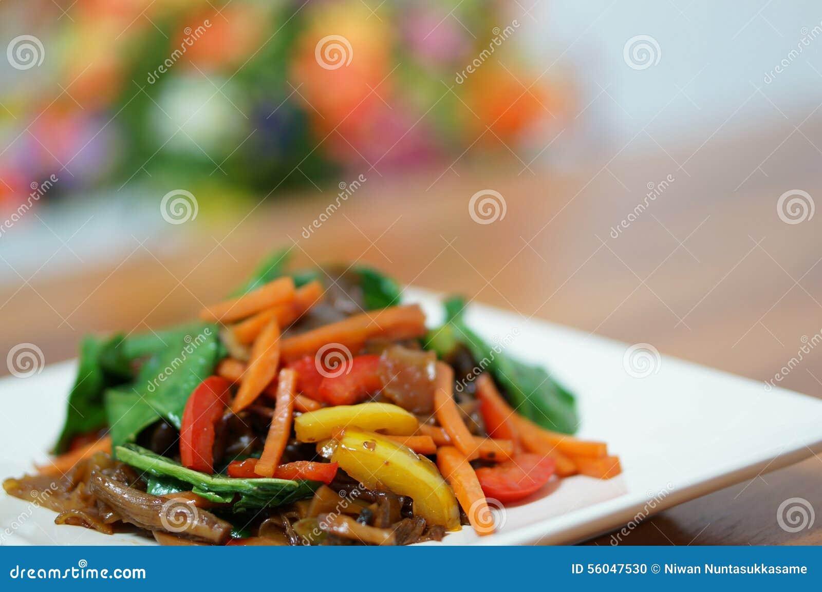 Macarronetes tailandeses do vegetariano com molho de soja