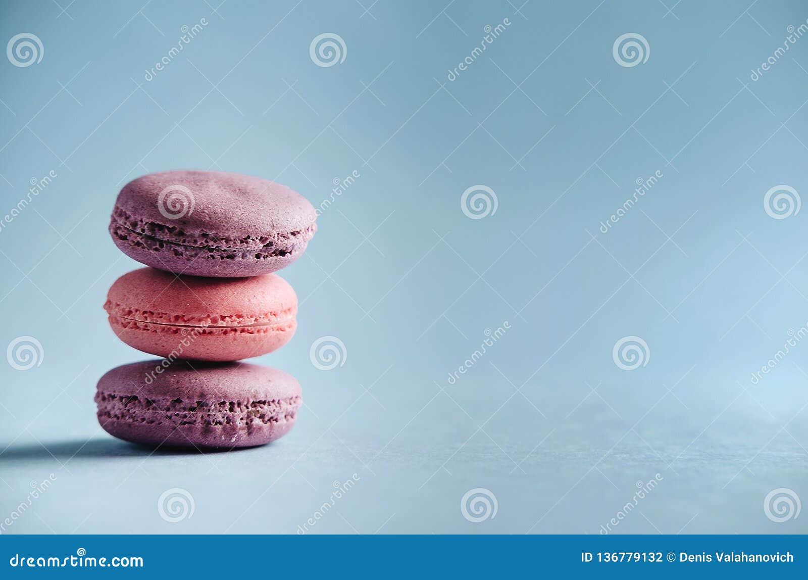 Maccheroni rosa su fondo blu
