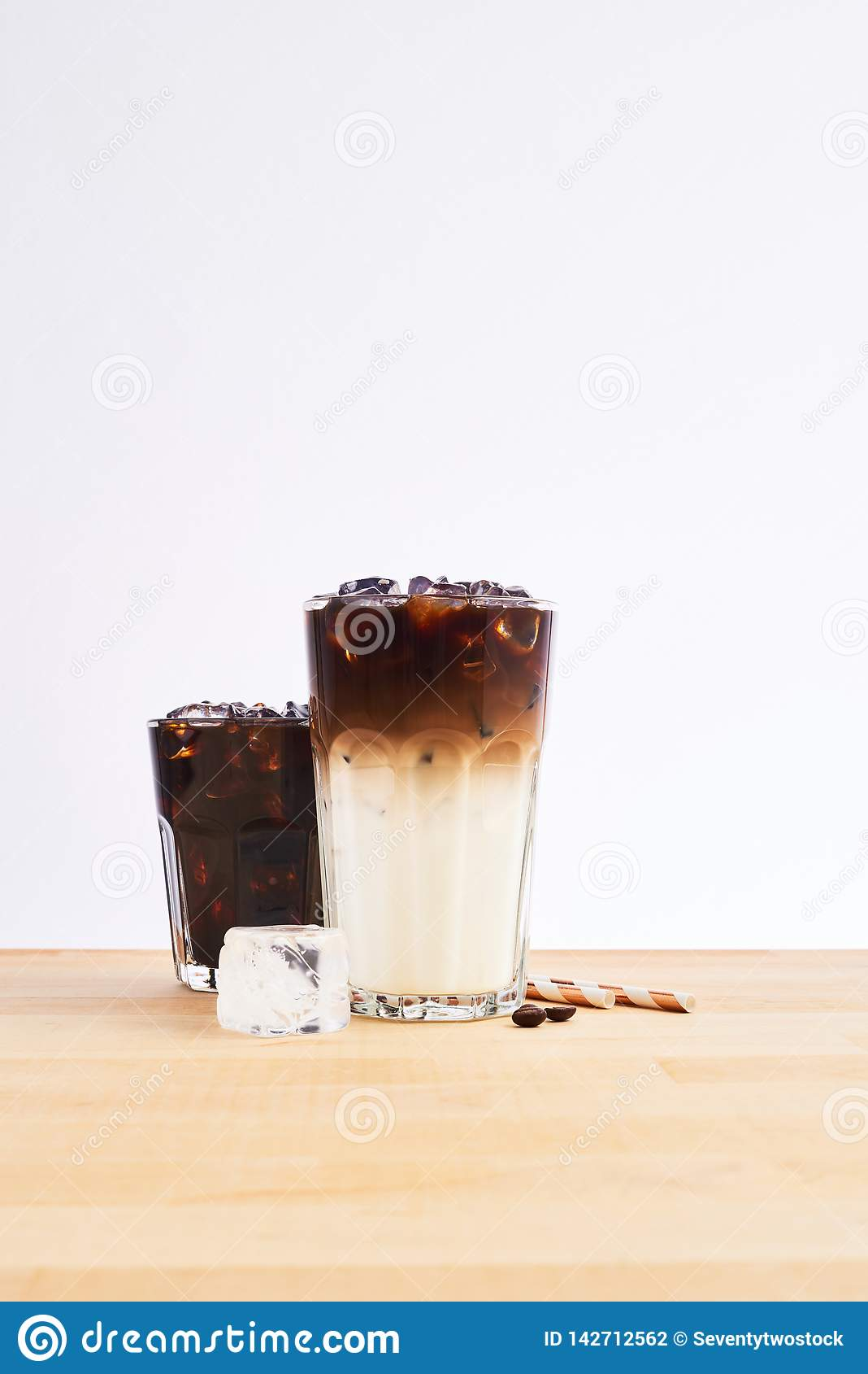 Macchiato för med is kaffe och lattei högväxt exponeringsglas
