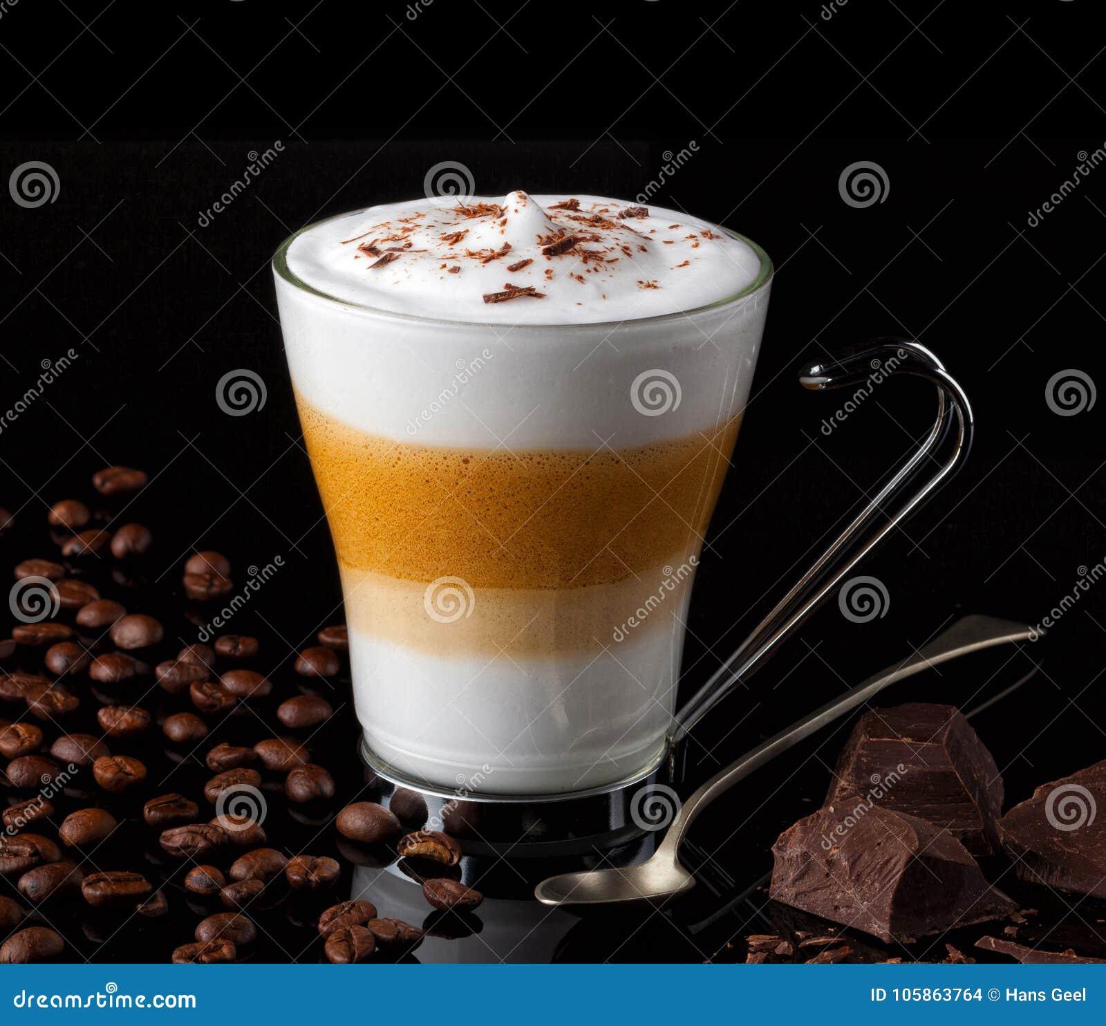 Macchiato Latte με τα φασόλια καφέ χοντρά κομμάτια μιας σοκολάτας